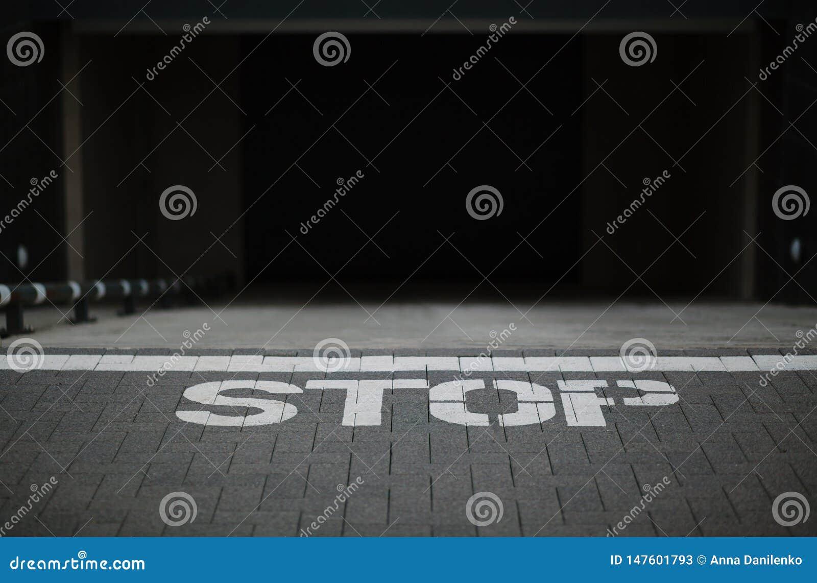 在地面上的标志中止