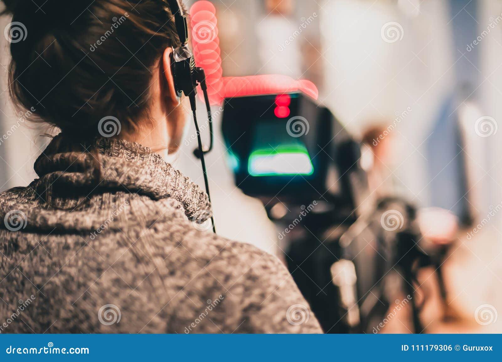 在场面之后 女性摄影师射击影片场面与来了
