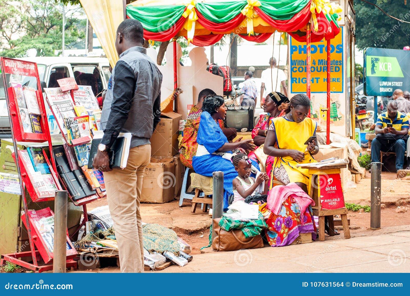 在坎帕拉路边路,乌干达的各种各样的摊位