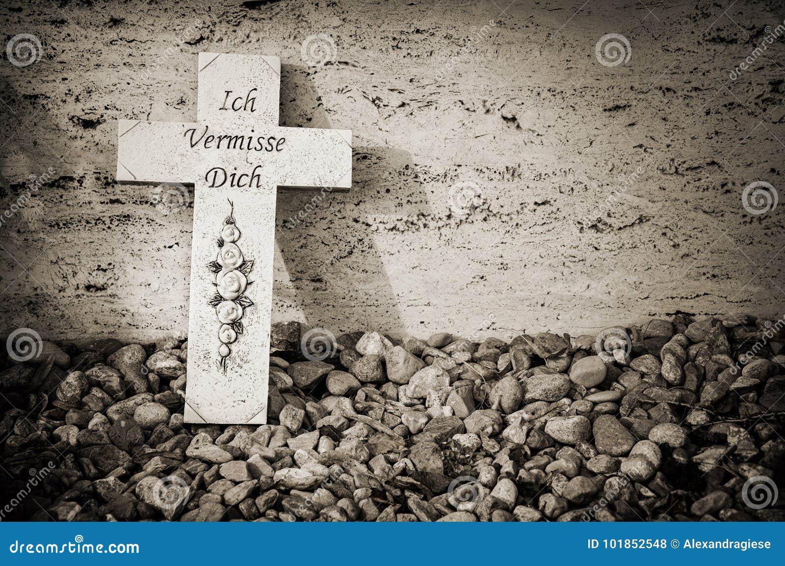 在坟墓的十字架
