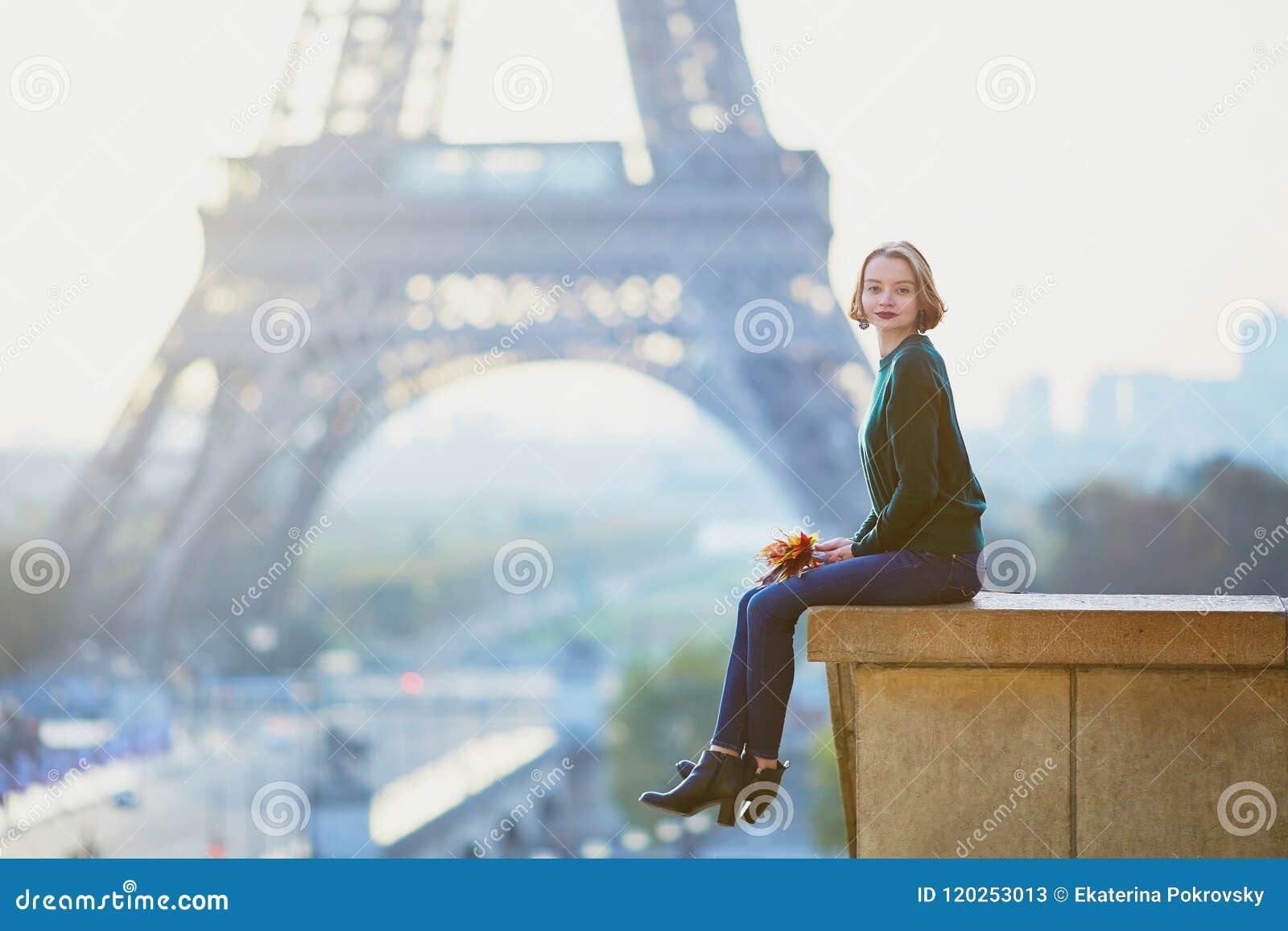 在埃佛尔铁塔附近的美丽的年轻法国妇女在巴黎