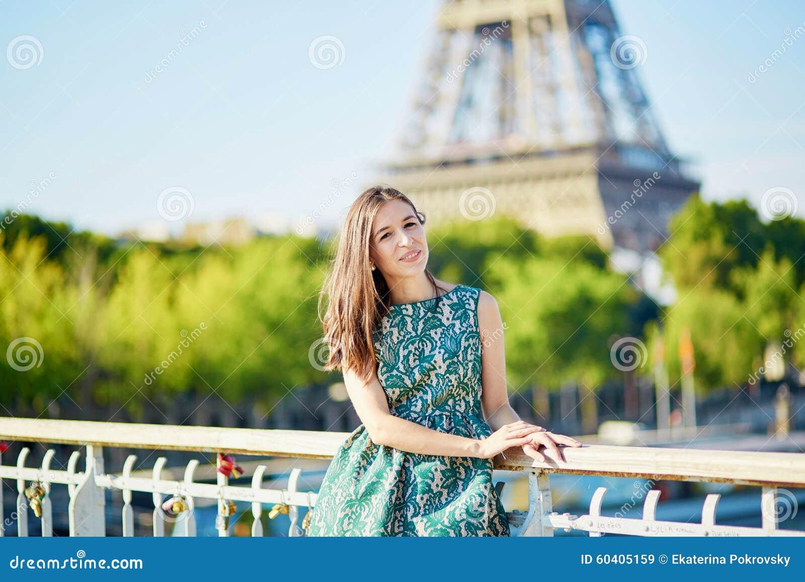 在埃佛尔铁塔附近的美丽的年轻巴黎人妇女