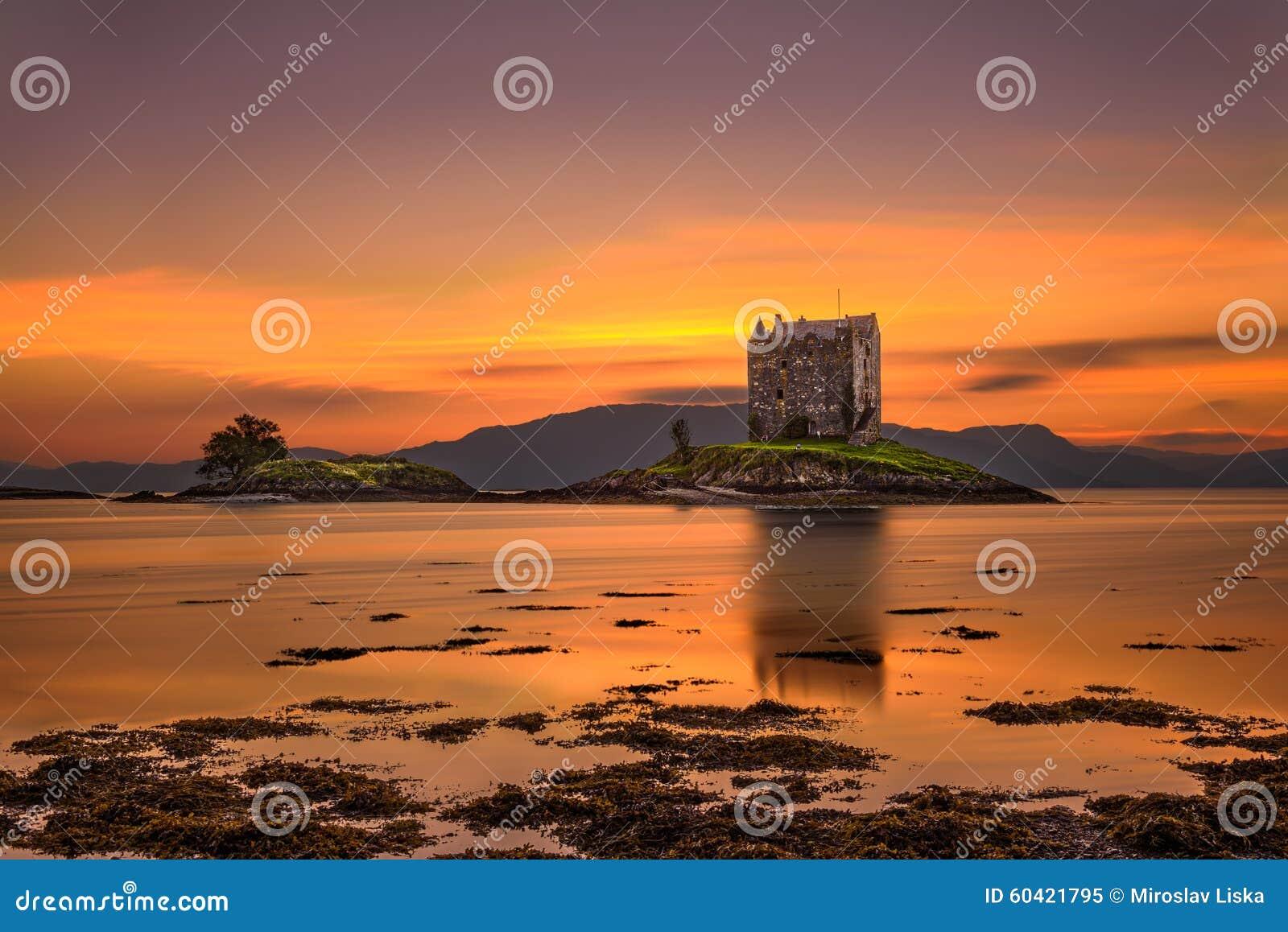 在城堡潜随猎物者,苏格兰,英国的日落