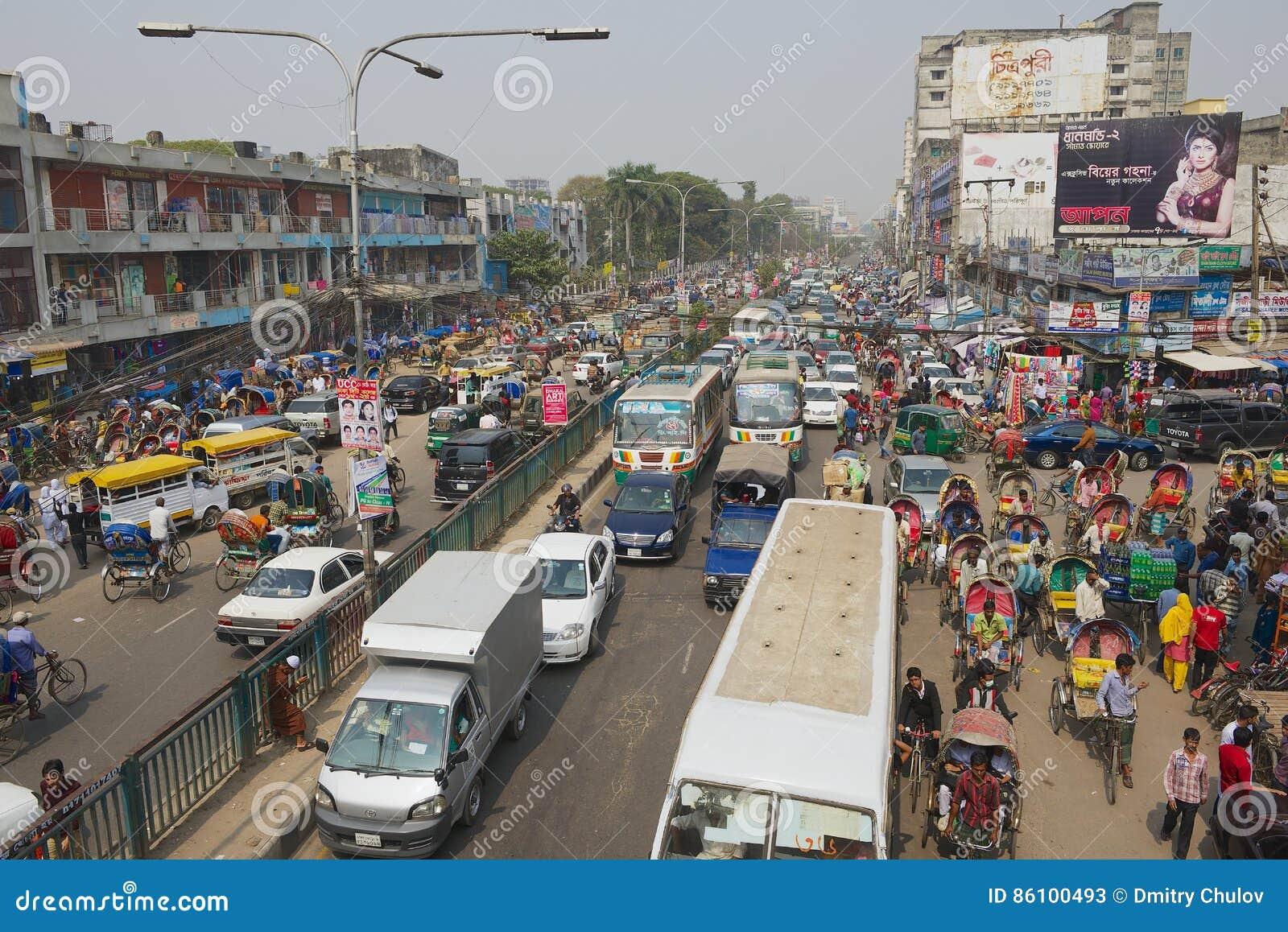 在城市的中央部分的交通堵塞在达卡,孟加拉国