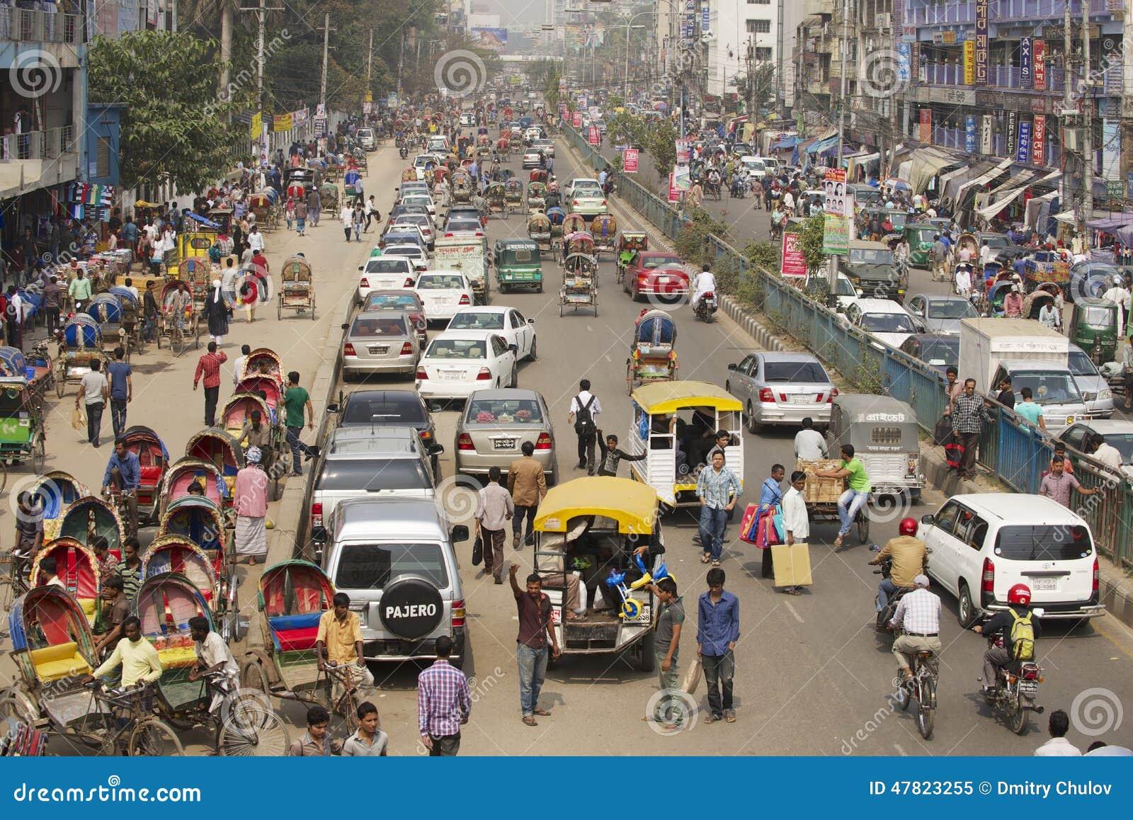 在城市的中央部分的繁忙的交通在达卡,孟加拉国