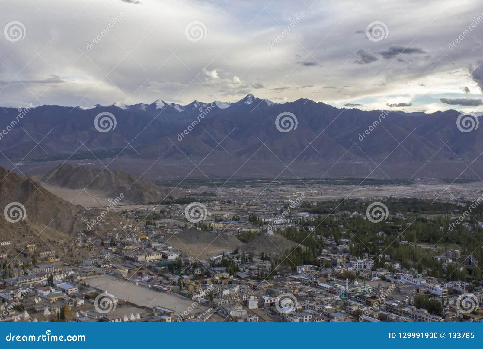 在城市的平衡的天空在喜马拉雅山的山谷