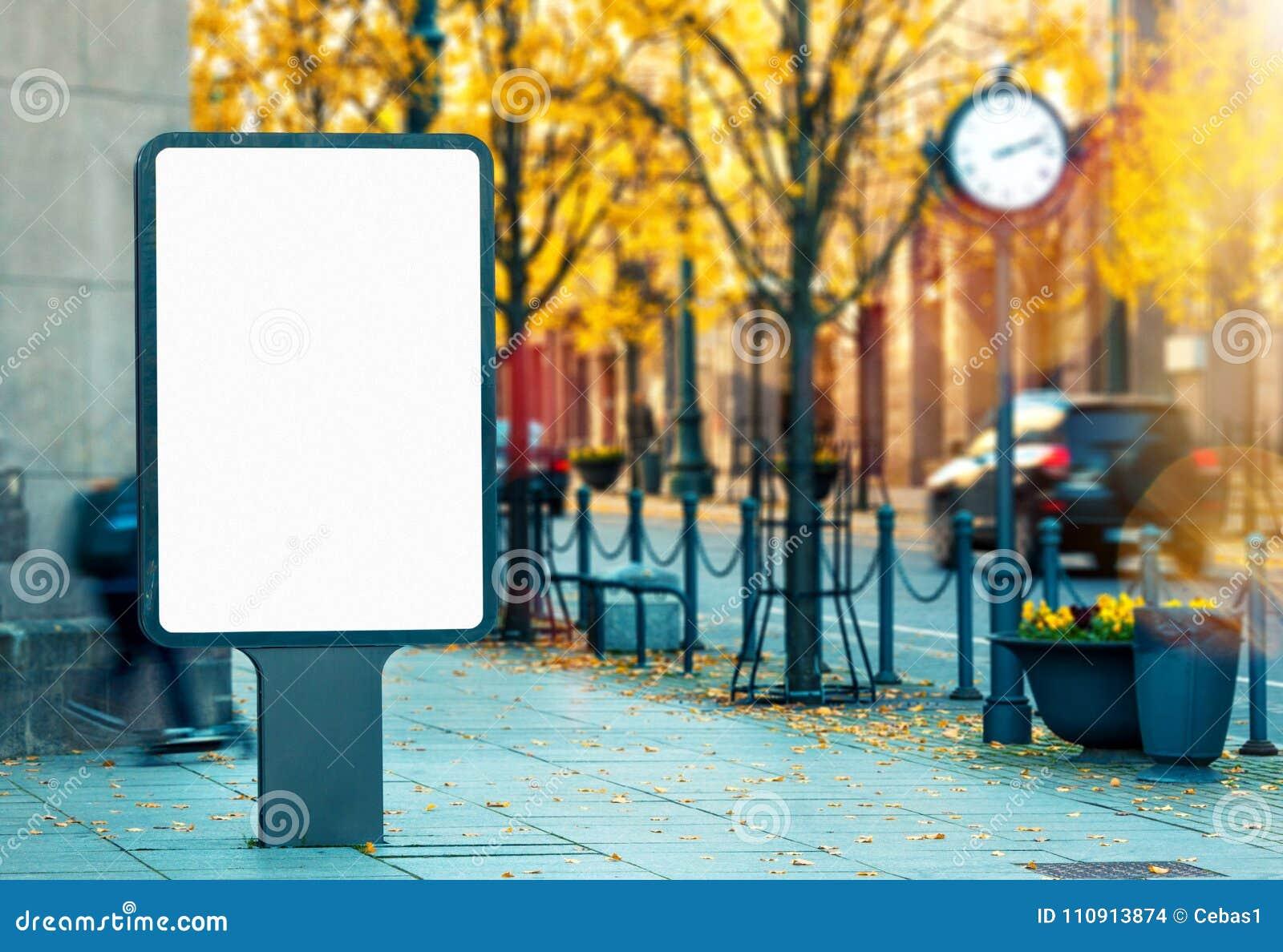 在城市街道上的空白的垂直的室外广告牌大模型