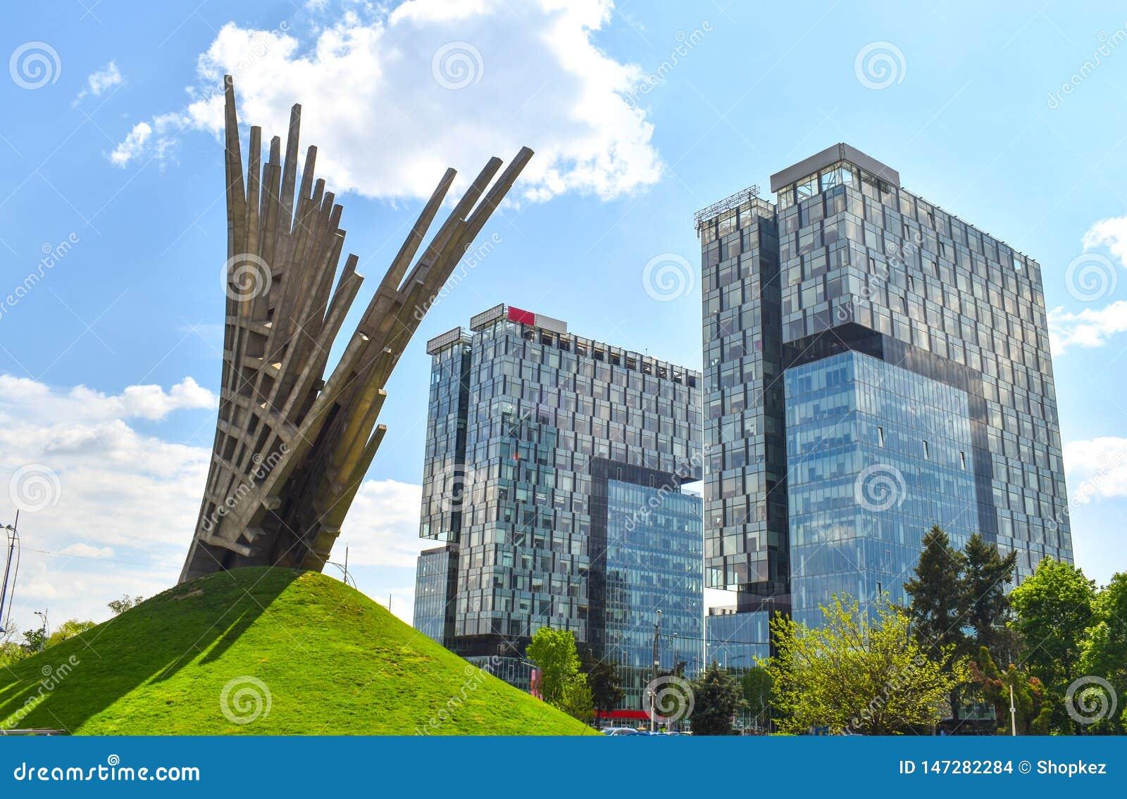 在城市门塔,位于布加勒斯特新闻正方形的两座类A办公楼前面的抽象雕象,资本