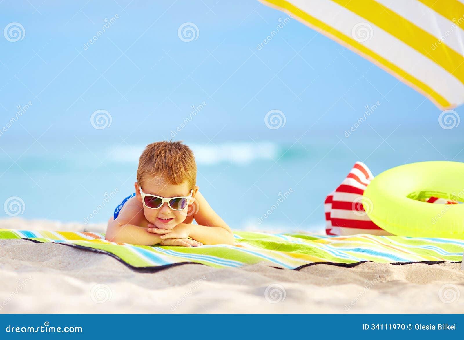 在基于五颜六色的海滩的太阳镜的逗人喜爱的孩子.图片