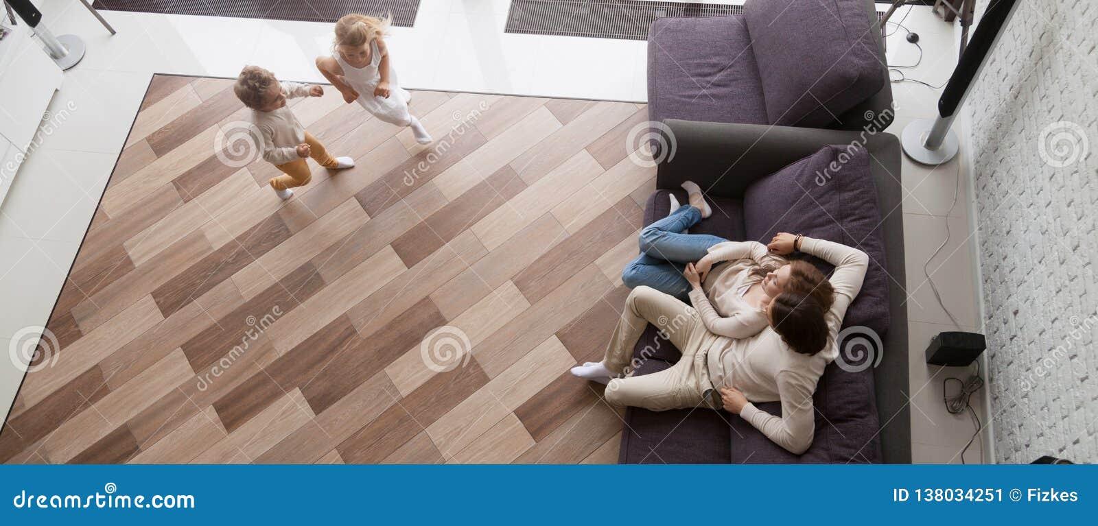 在基于长沙发孩子的看法父母上跑一起使用