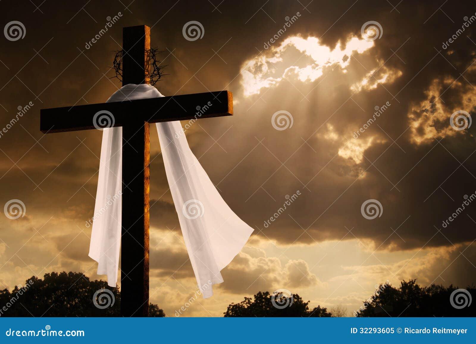 在基督徒复活节十字架的剧烈的照明设备作为暴风云断裂
