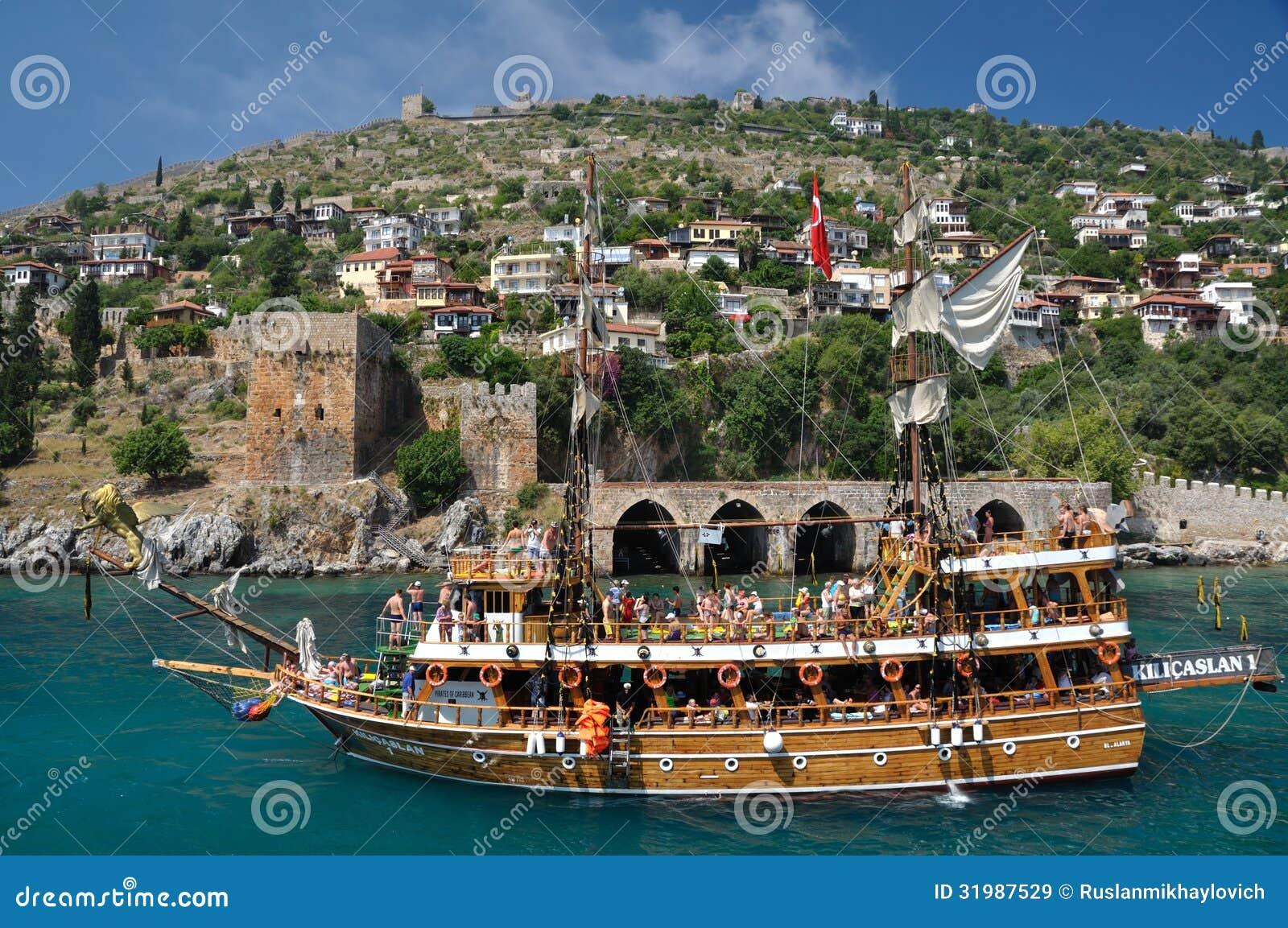 在堡垒的背景的一条游艇在阿拉尼亚