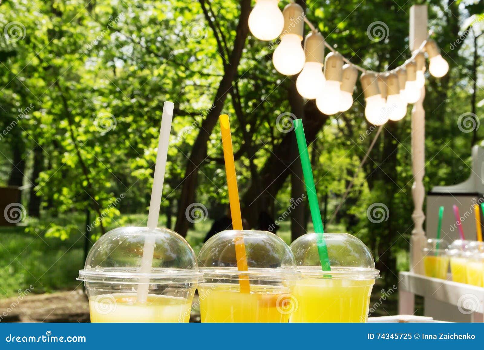 在塑料杯子的柠檬水