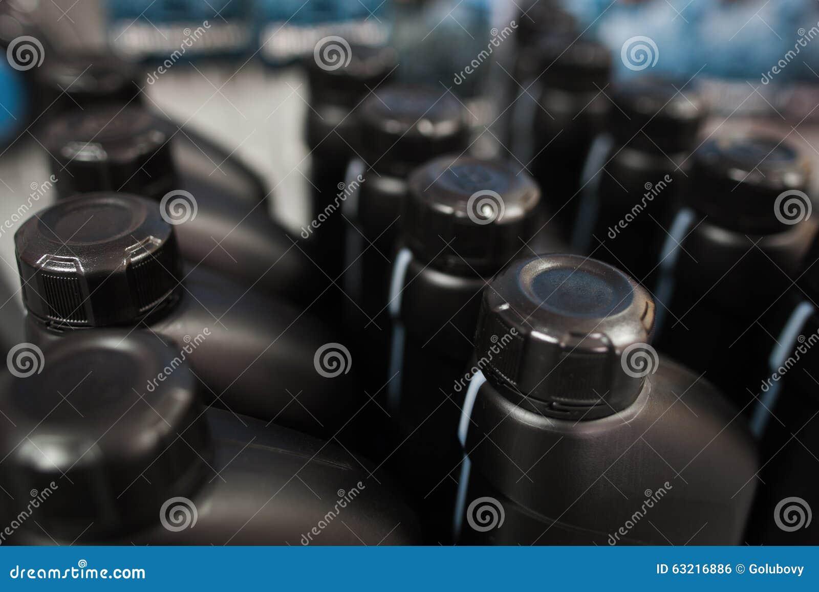 在塑料瓶的机油 存放陈列室