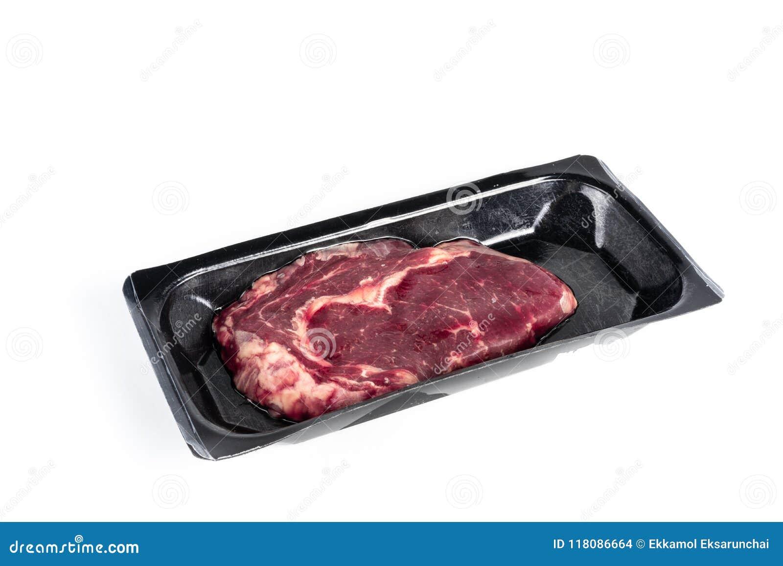 在塑料组装的未加工的牛排