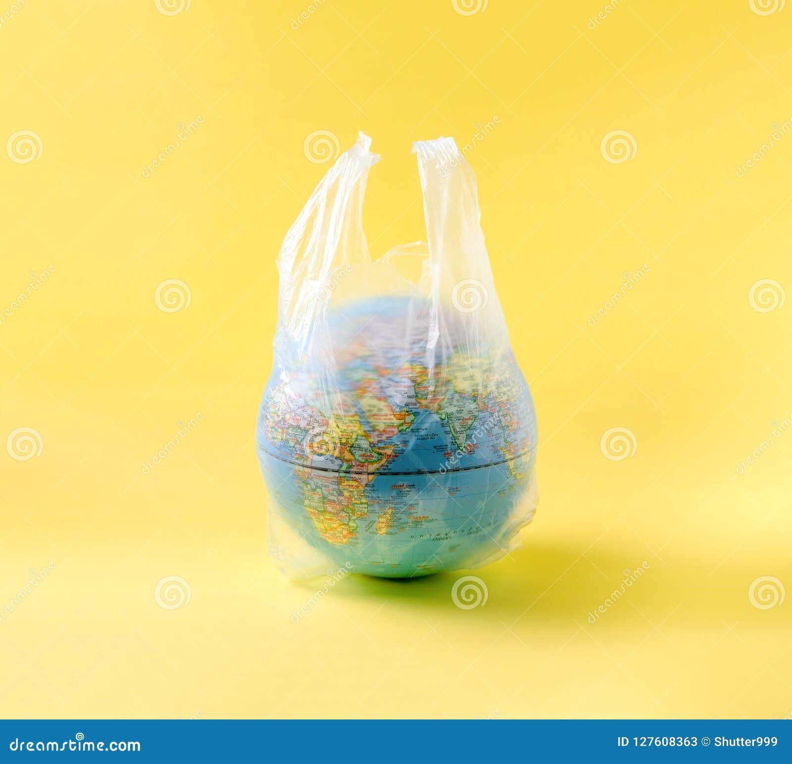 在塑料袋的地球模型,拯救世界