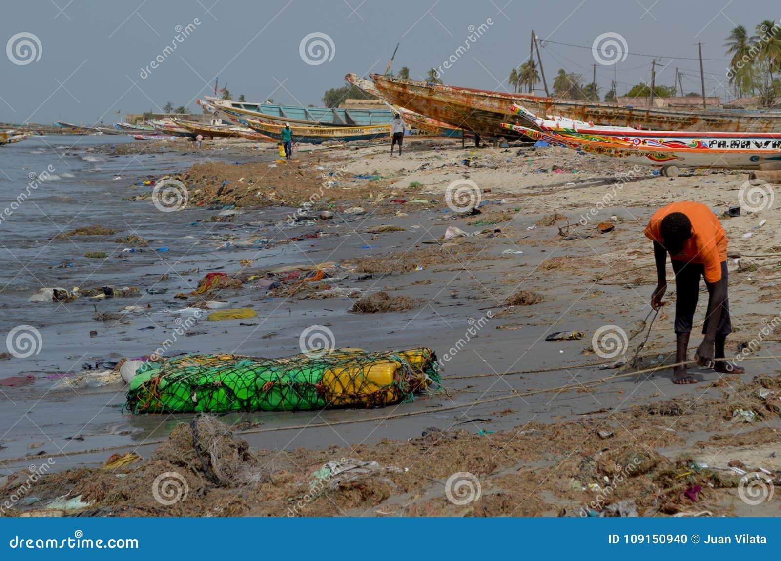 在塞内加尔,西非洲的小的CÃ te的塑料废弃物盖的海滩