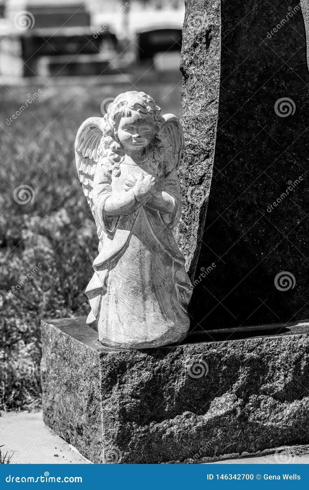 在墓石一边的天使雕象
