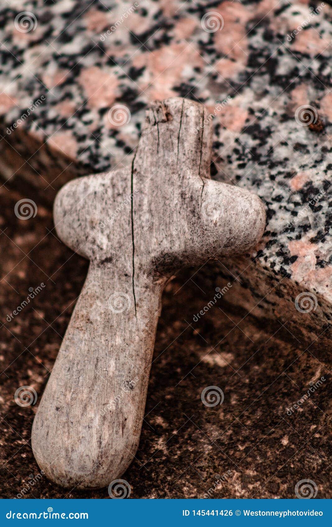 在墓碑的小木十字架