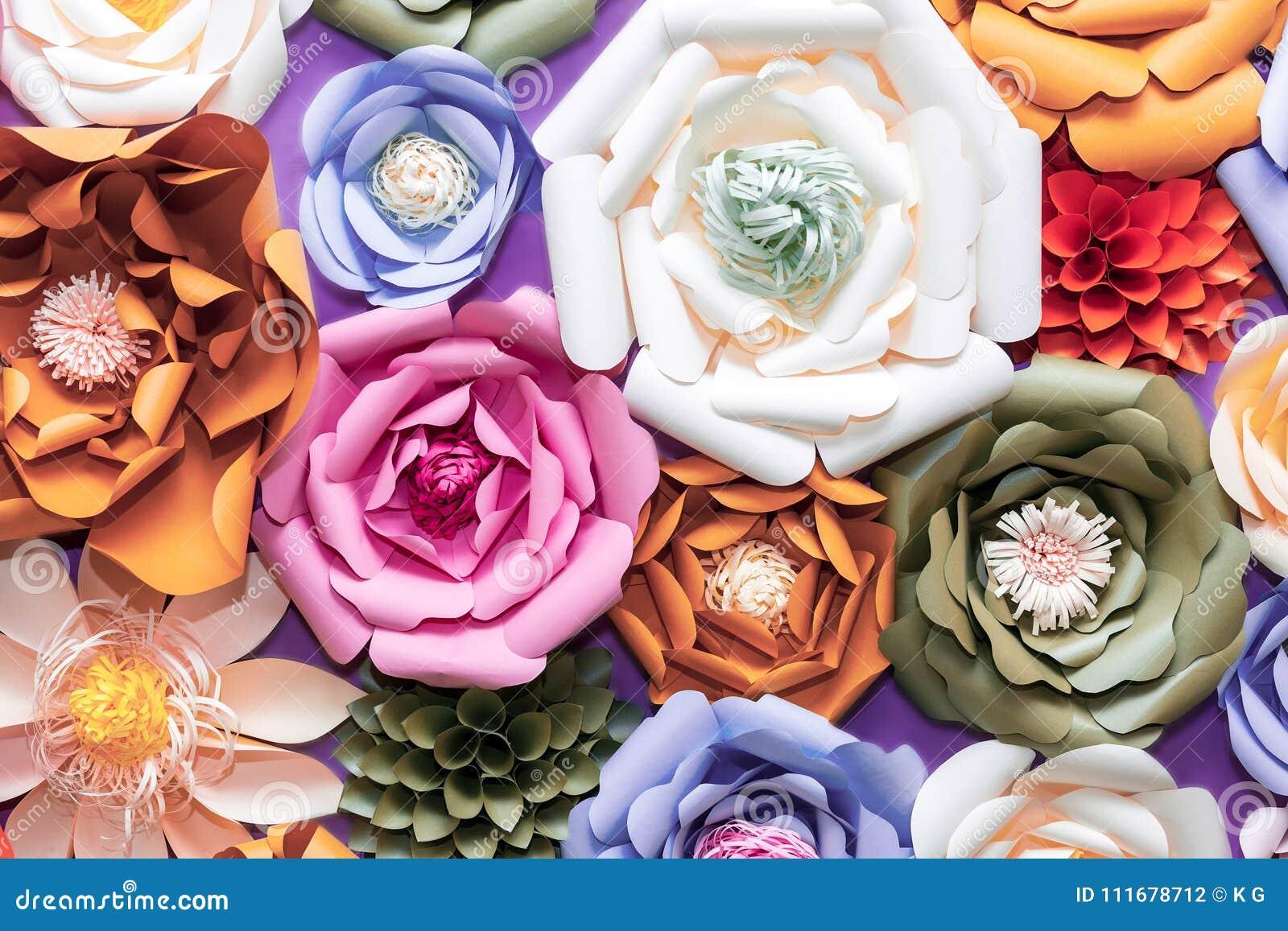 在墙壁上的五颜六色的纸花 手工制造人为花卉装饰 春天抽象美好的背景和纹理