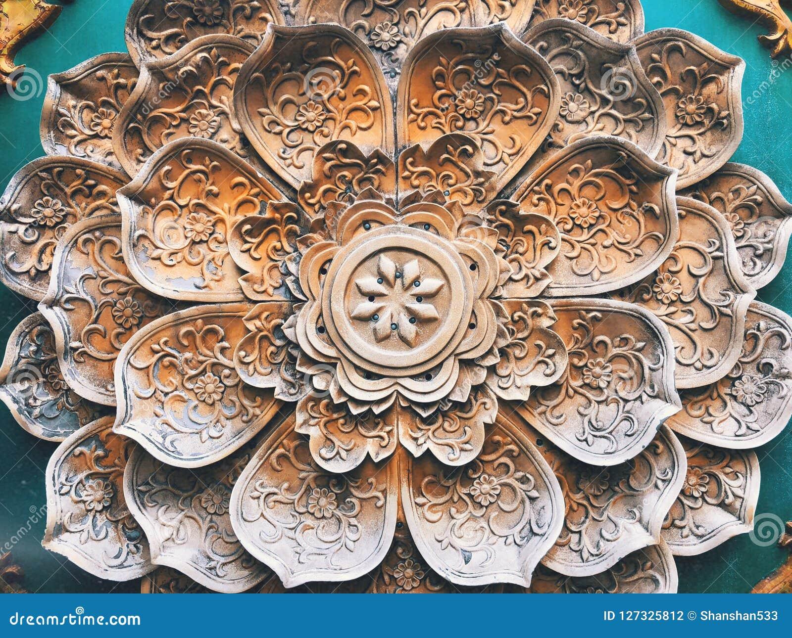在墙壁上的花卉样式石头塌落装饰
