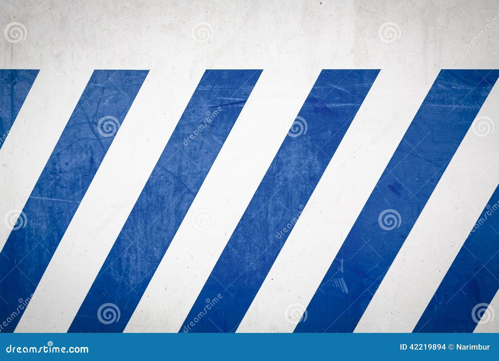 在墙壁上的蓝色对角条纹