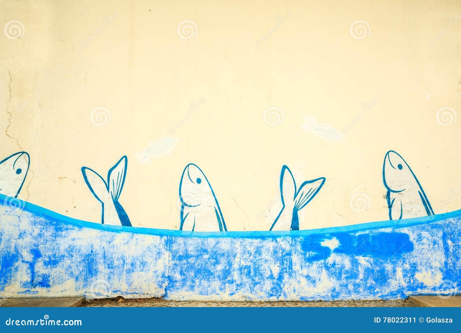 在墙壁上绘的沙丁鱼学校