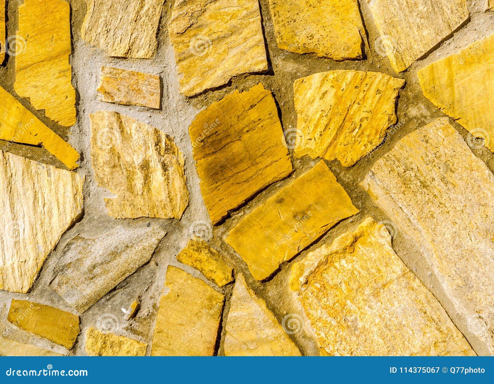 在墙壁,有趣和原始的backgroun安置的老石头
