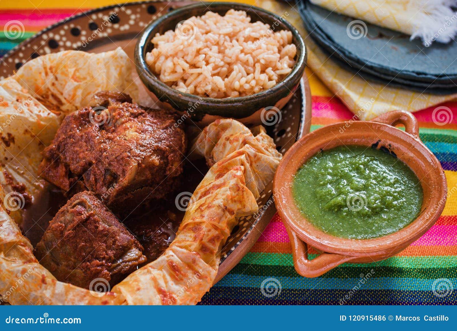 在墨西哥、墨西哥的牛肉或者辣羊羔的套的Mixiotes食物