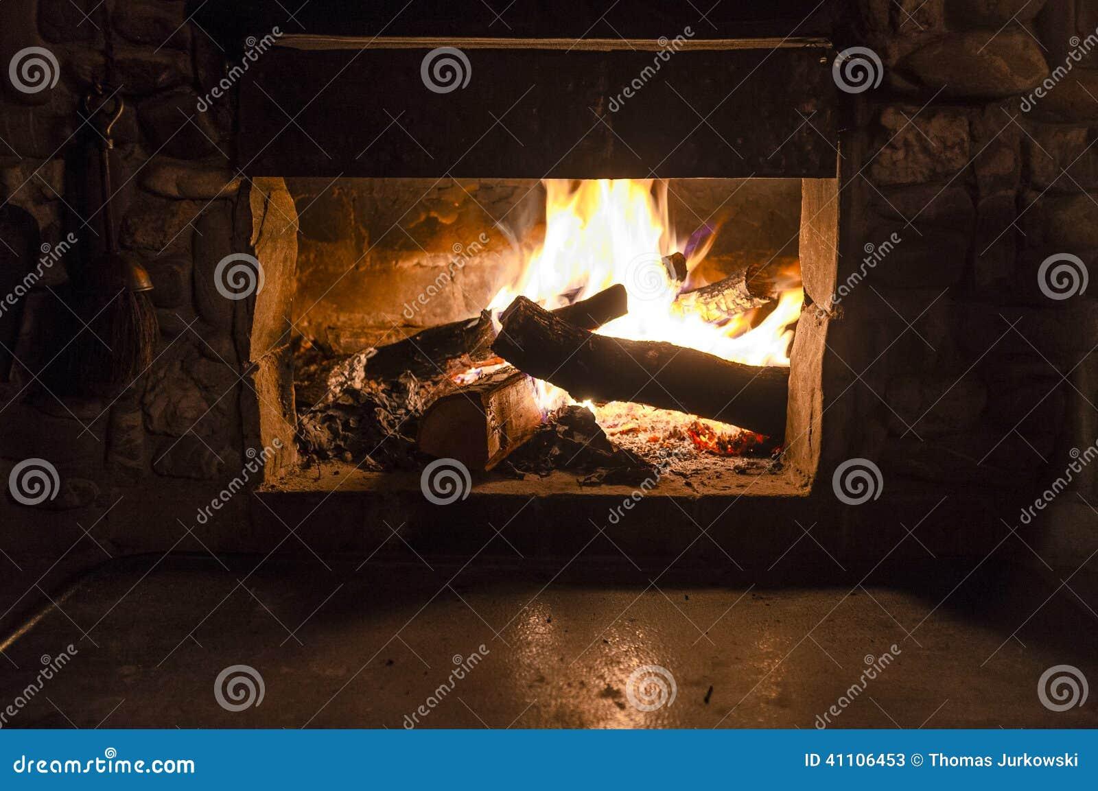 在壁炉的火