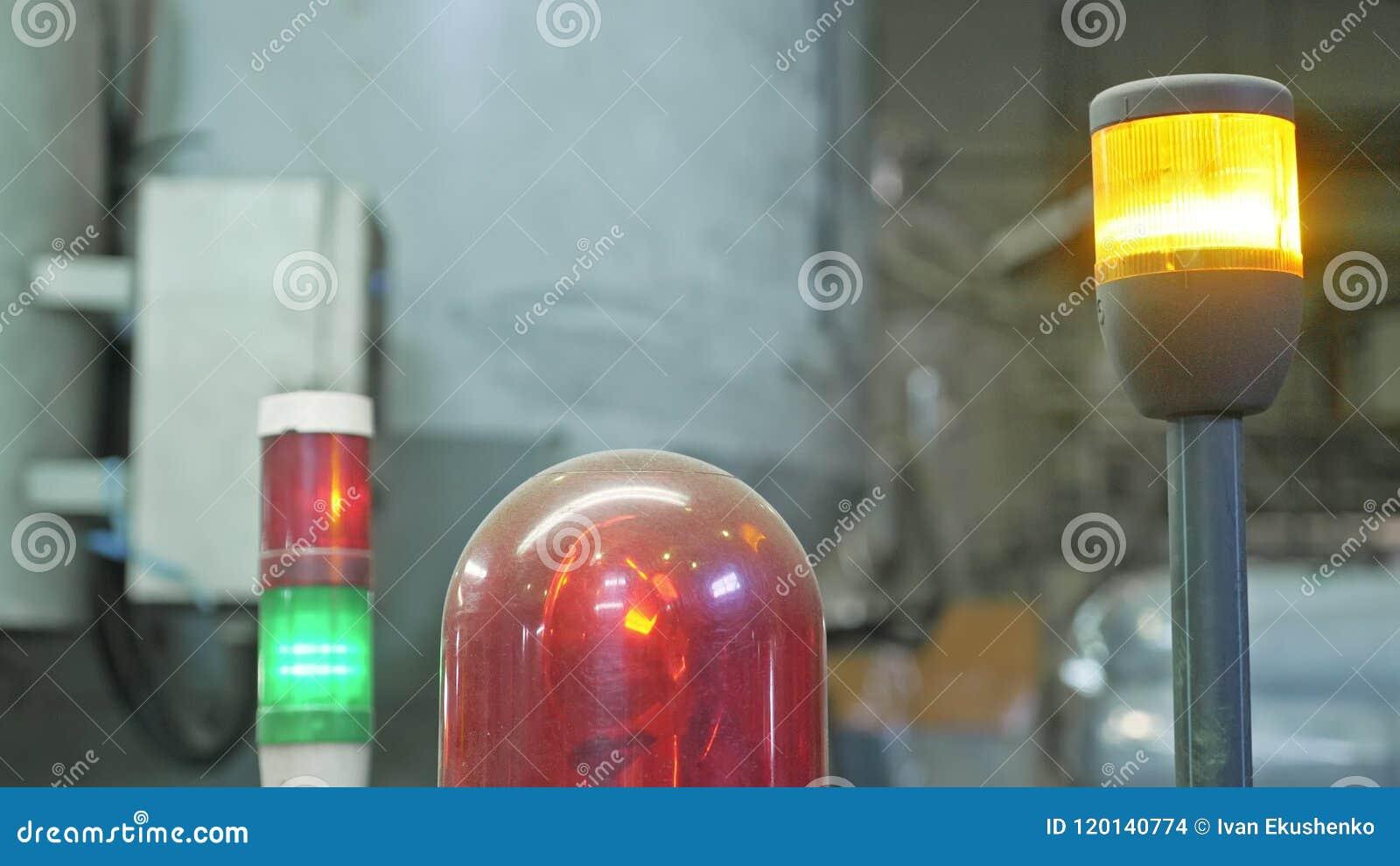 在处理机的警告灯 在机器的特写镜头闪动的红色灯在卫生纸大生产设备