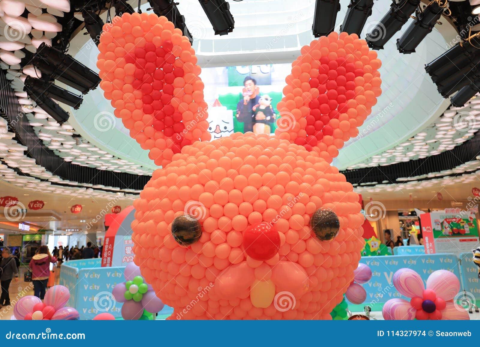 在复活节购物邮件的一个气球兔宝宝