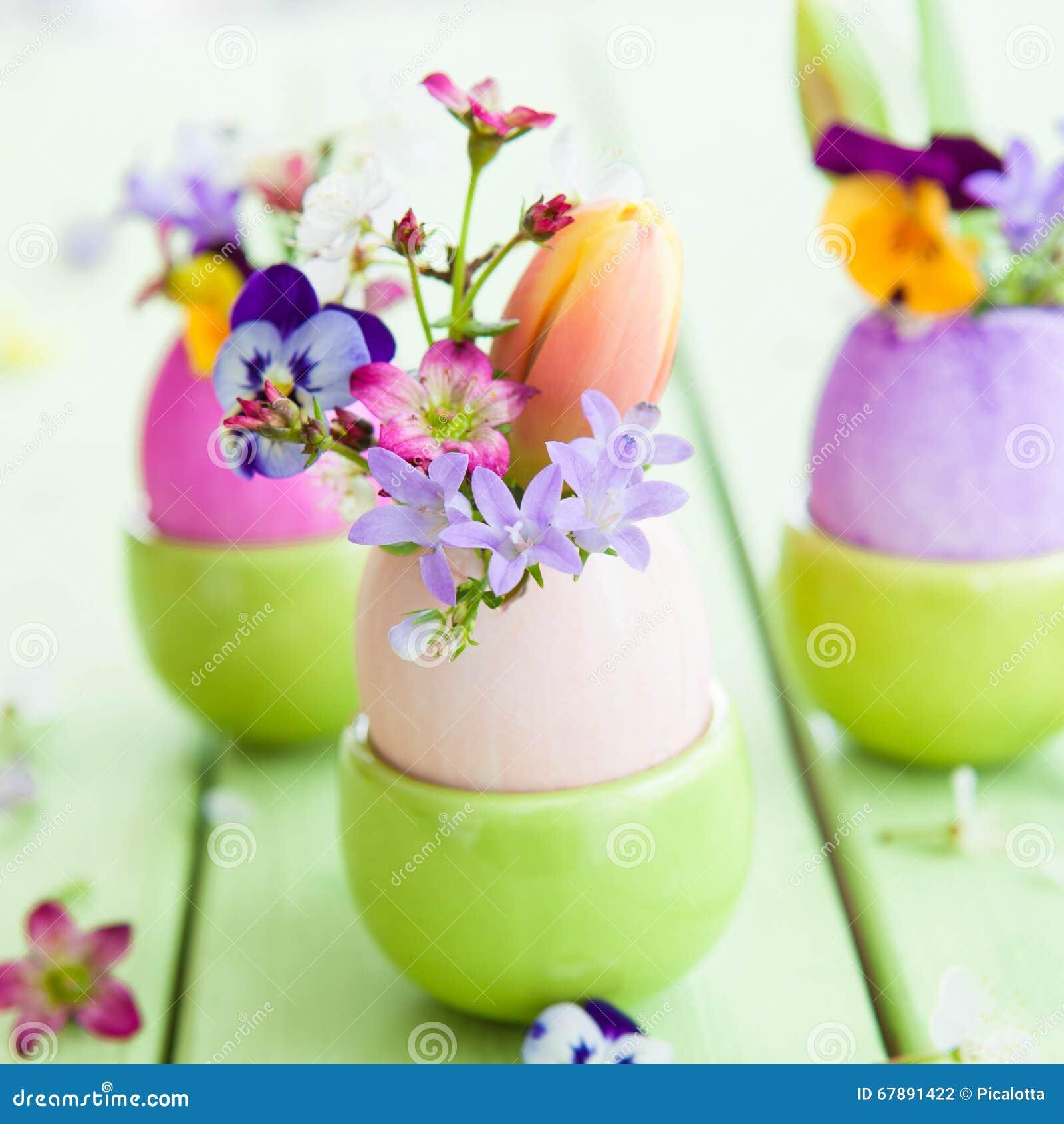 在复活节彩蛋的春天花