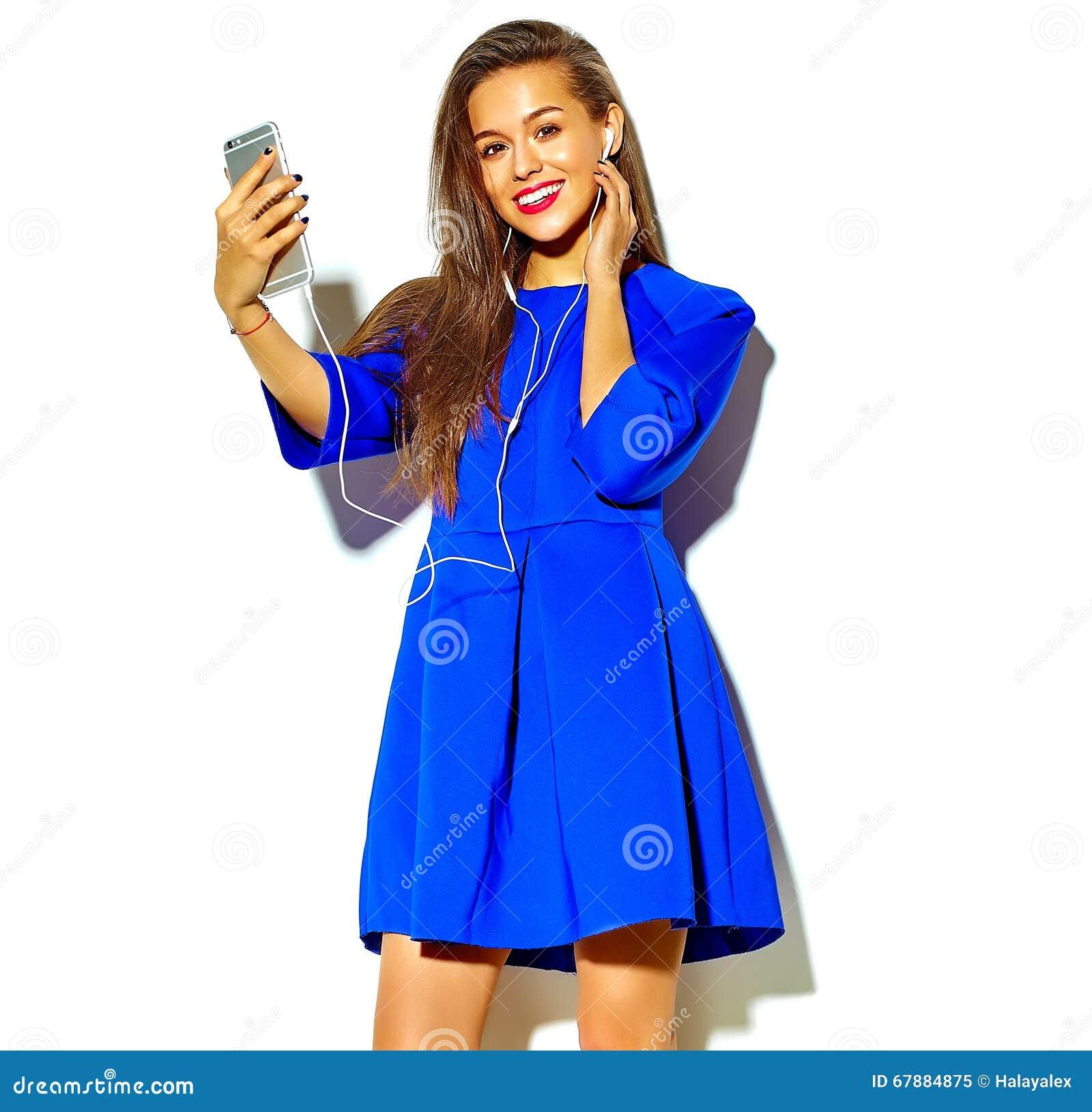 在夏天时髦的衣裳的美好的模型在演播室
