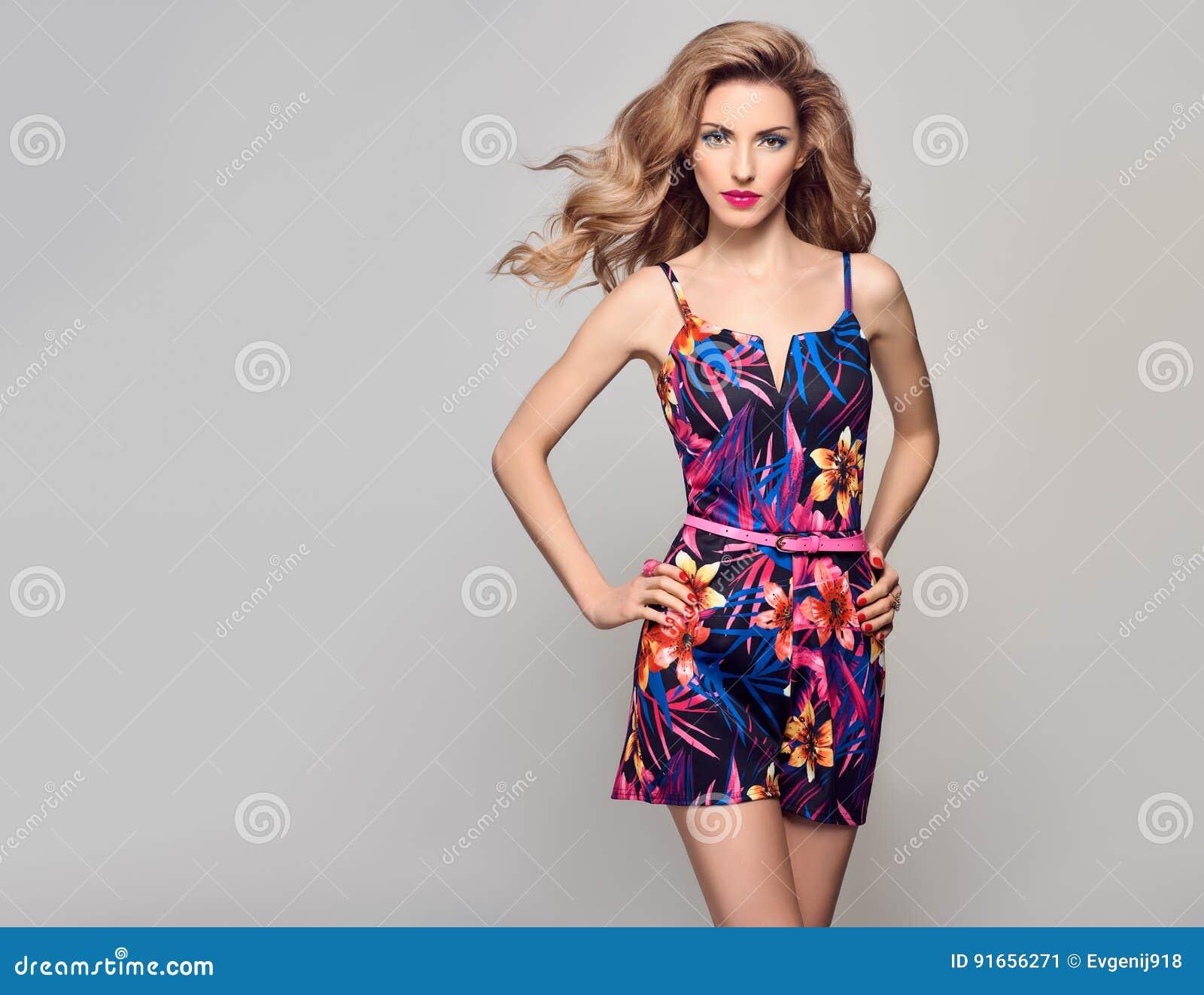 在夏天时髦的连衫裤的时尚白肤金发的模型