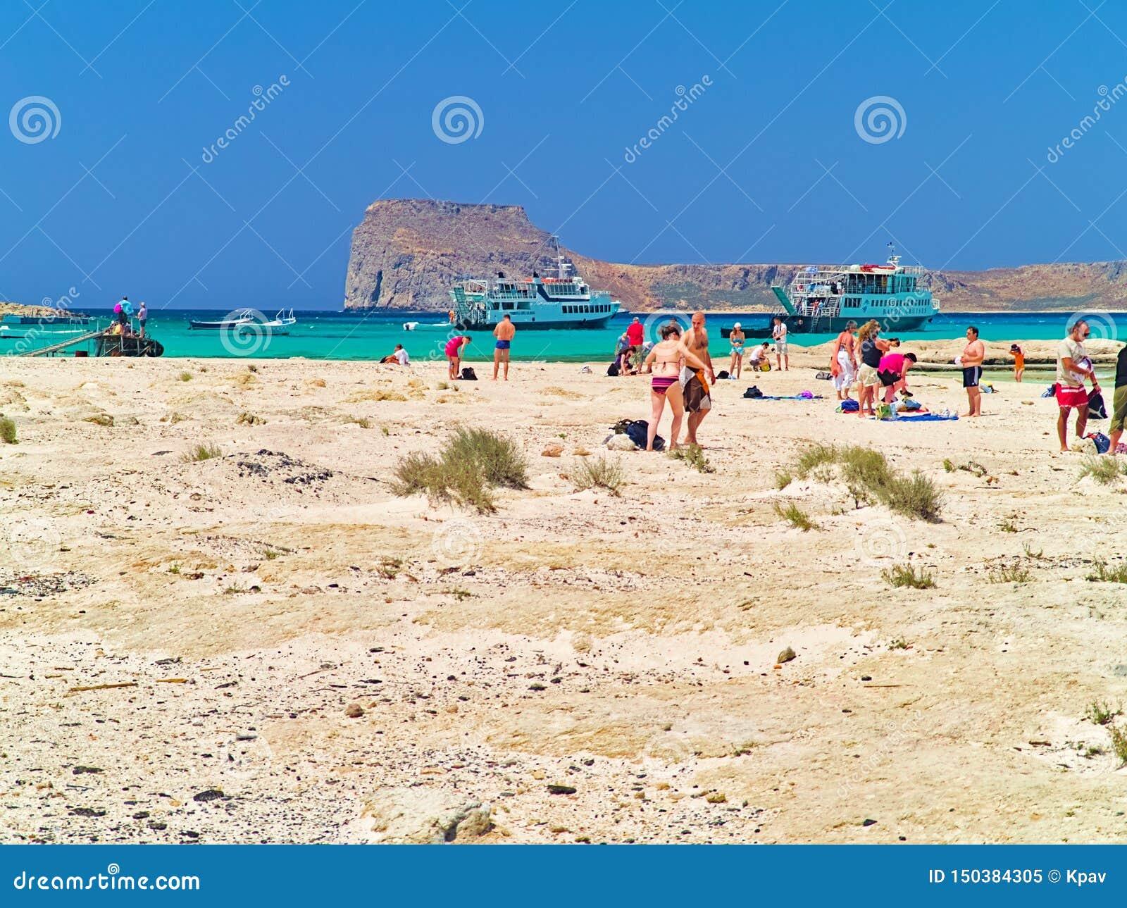 在夏天期间,游人到达一个沙滩