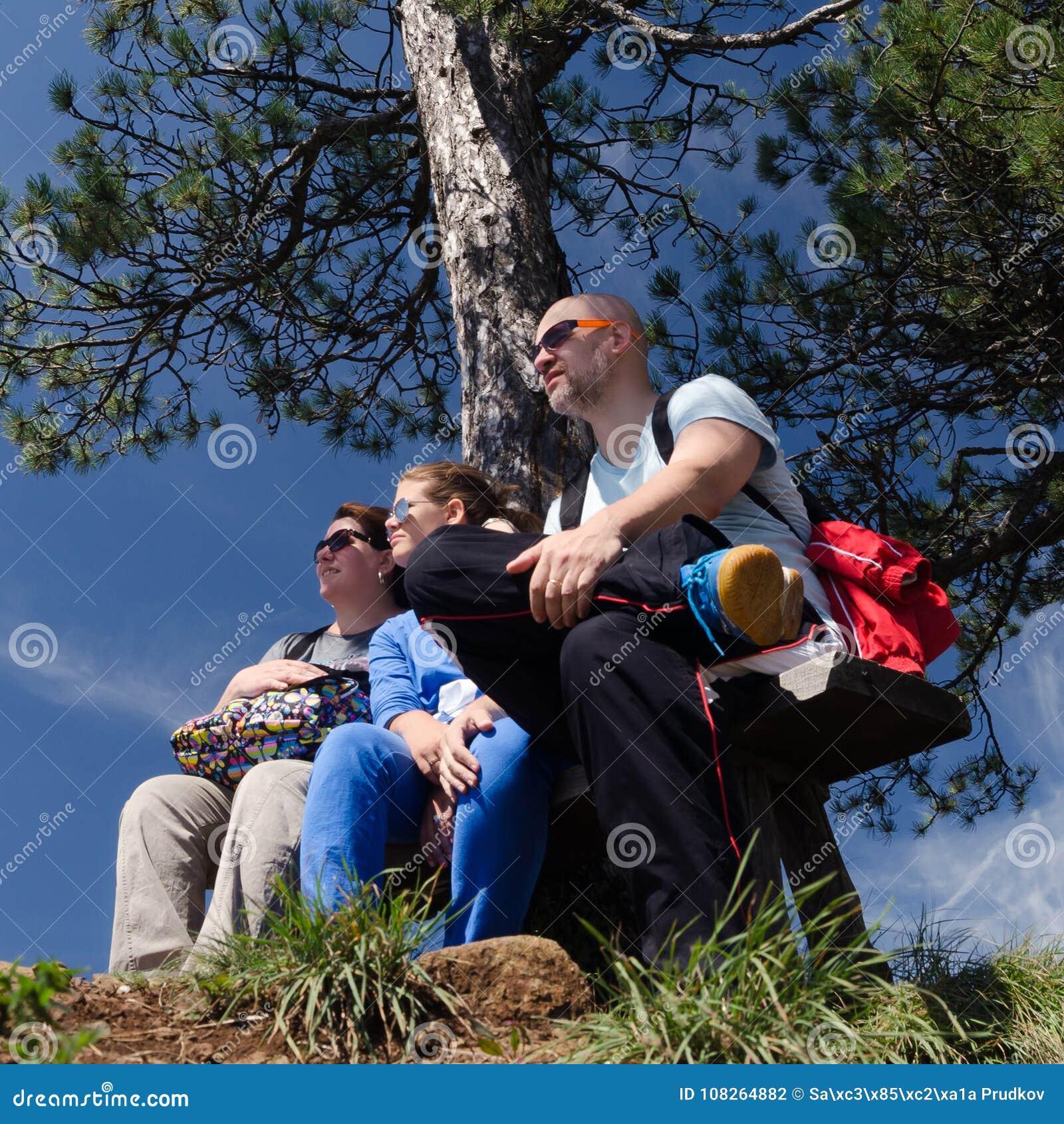 在夏天自然的年轻家庭