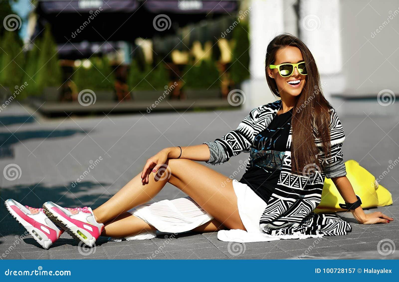 在夏天行家五颜六色的便衣的美好的年轻深色的妇女模型