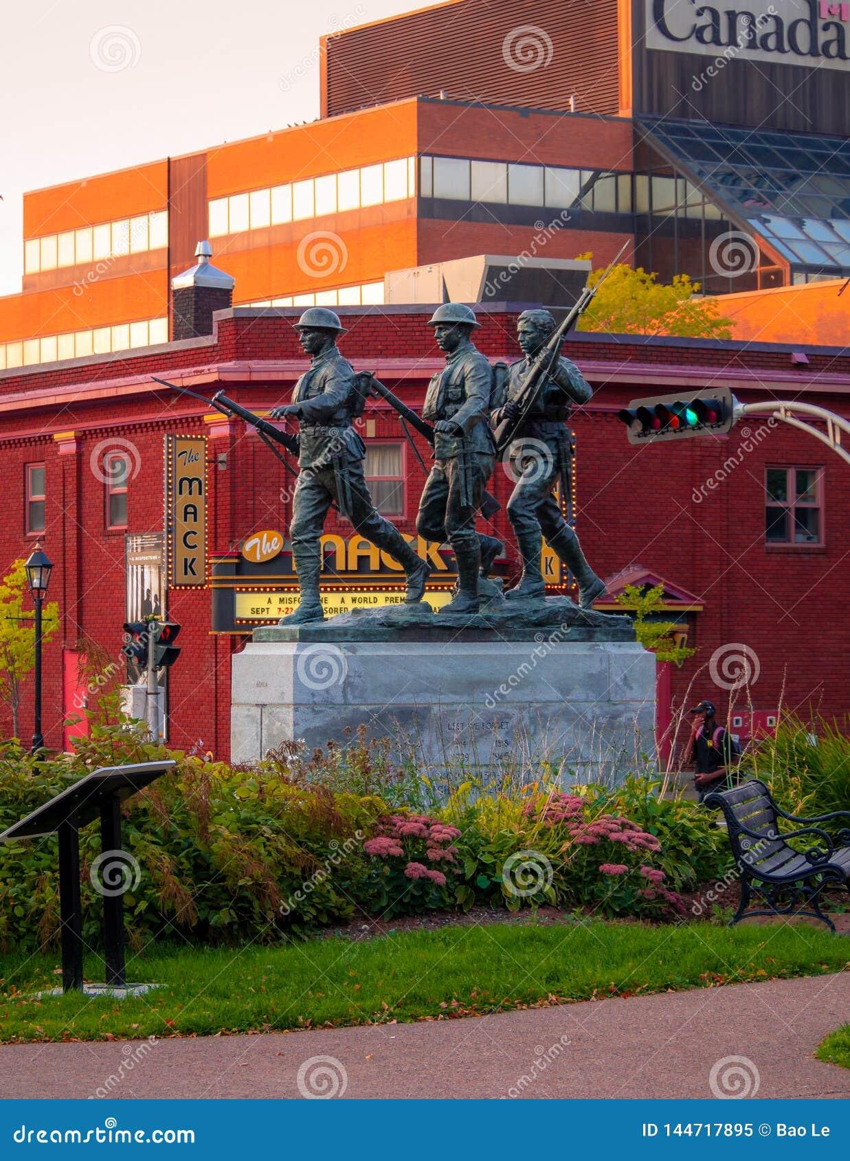 在夏洛特敦退伍军人纪念品的日落在有退伍军人事物加拿大大厦的街市在backgro