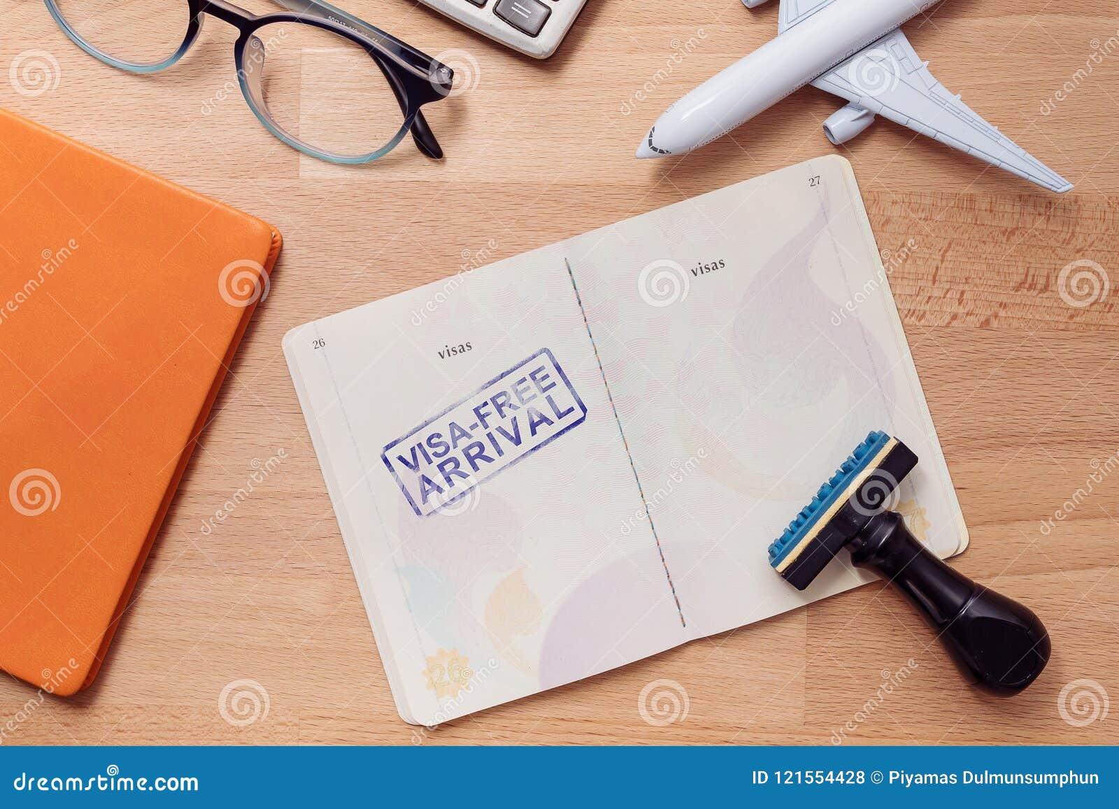 在外国护照的签证自由到来邮票与飞机模型