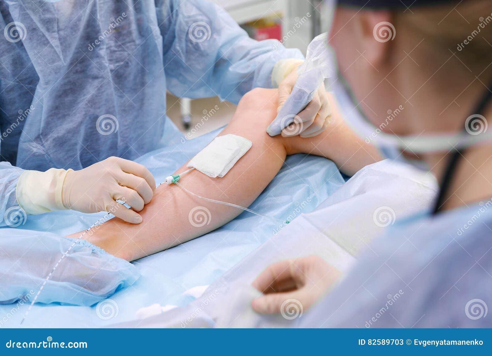 在外科诊所的手术室医治和一个助理