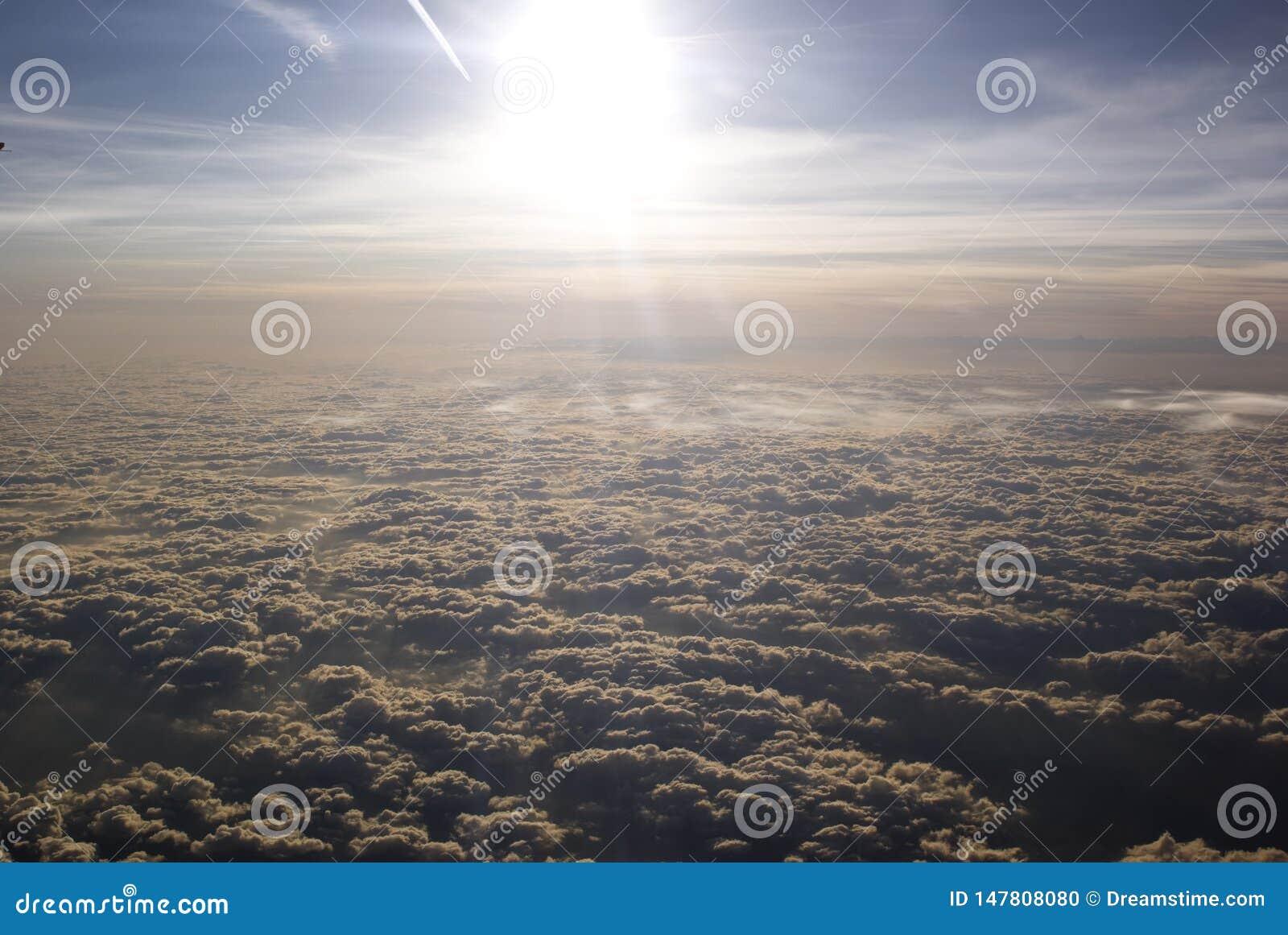 在多云天空的太阳,平面看法
