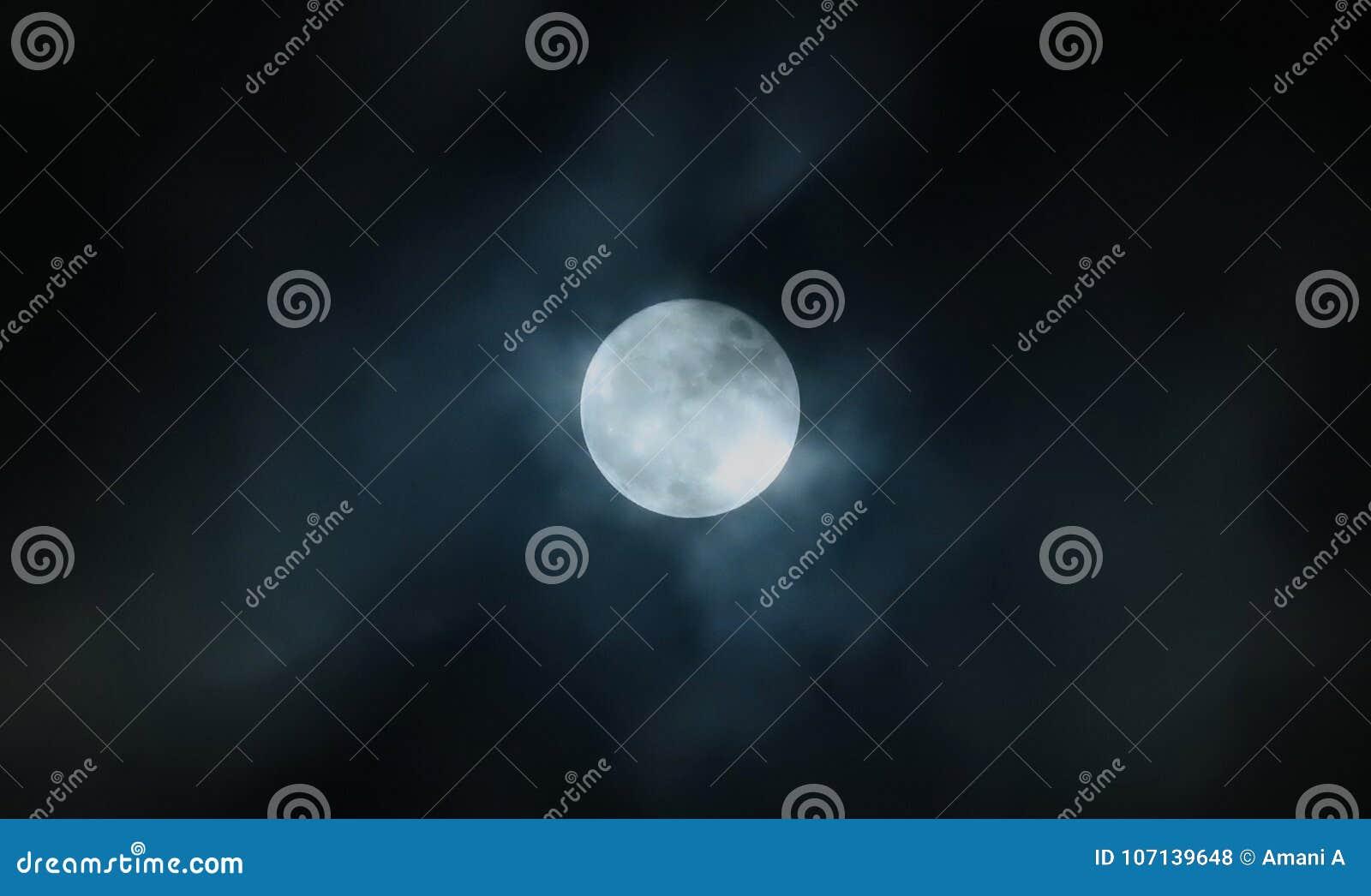 在多云天空的满月