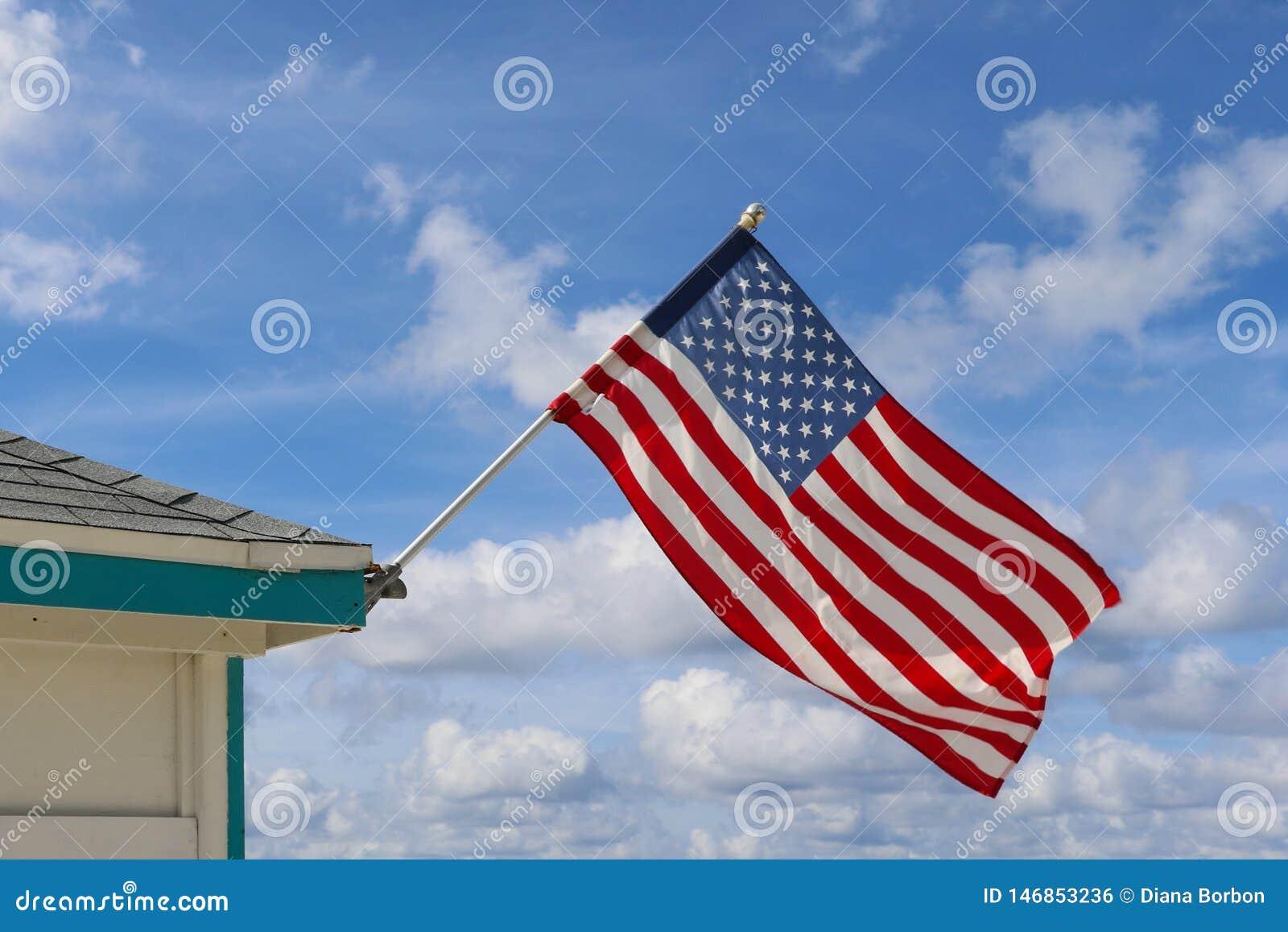 在多云天空的美国旗子