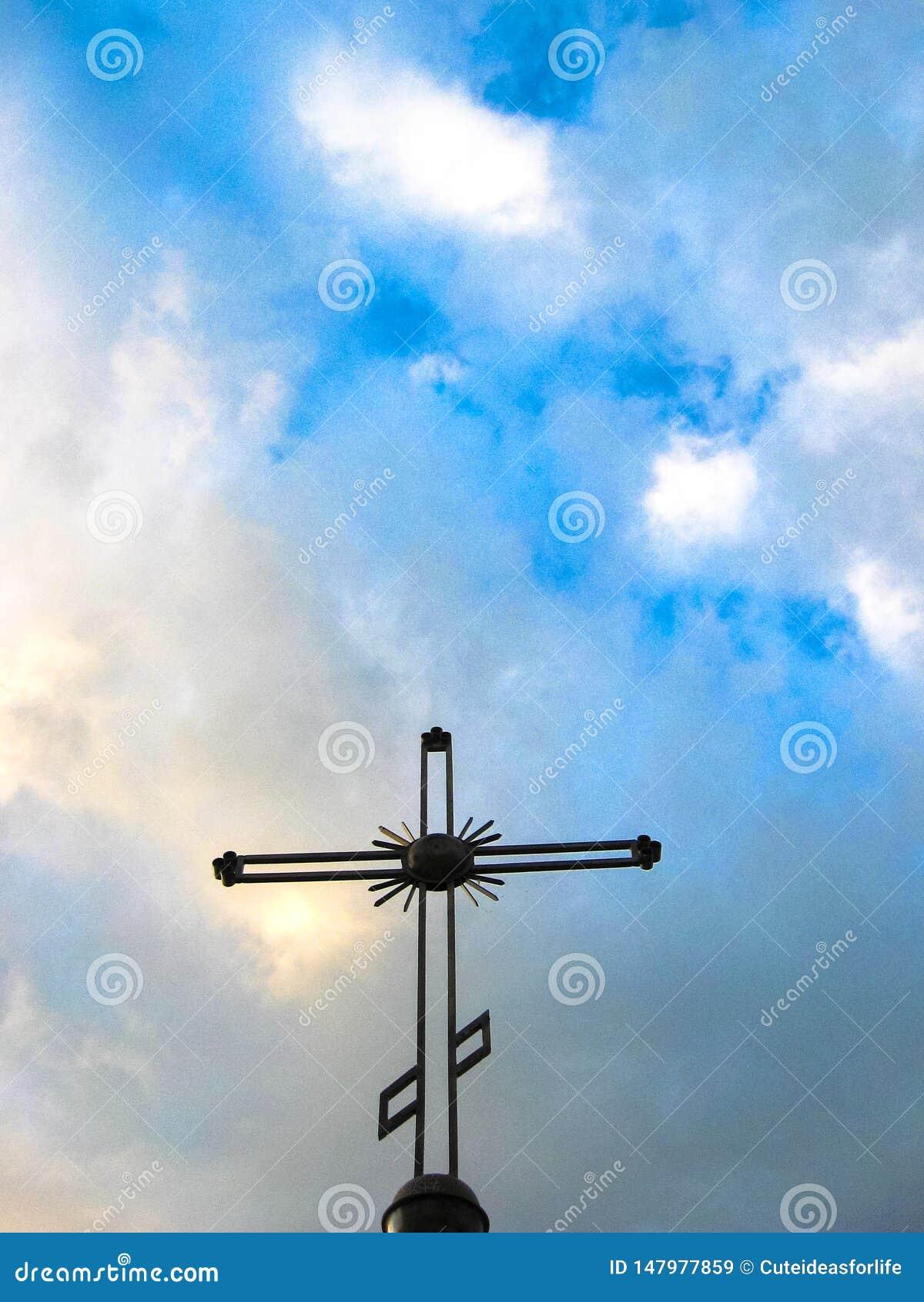 在多云天空背景的正统十字架