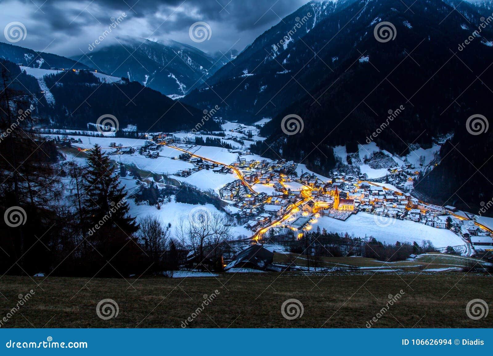 在多雪的村庄的顶视图在晚上南提洛尔luesen谷它