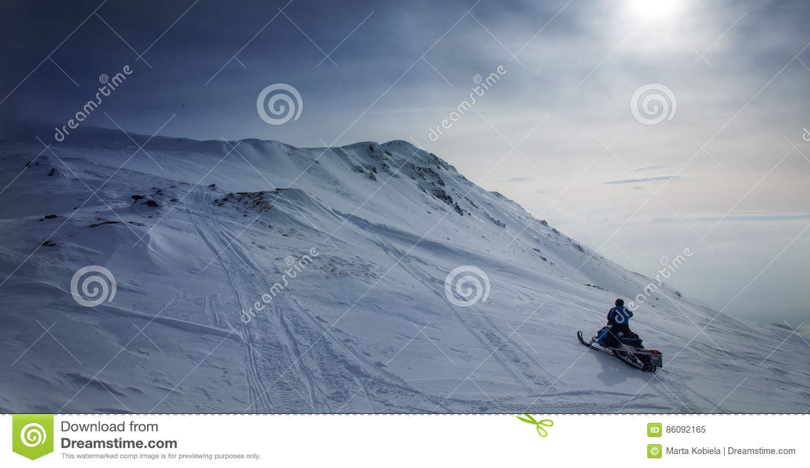 在多雪的风景的雪上电车在蓝色