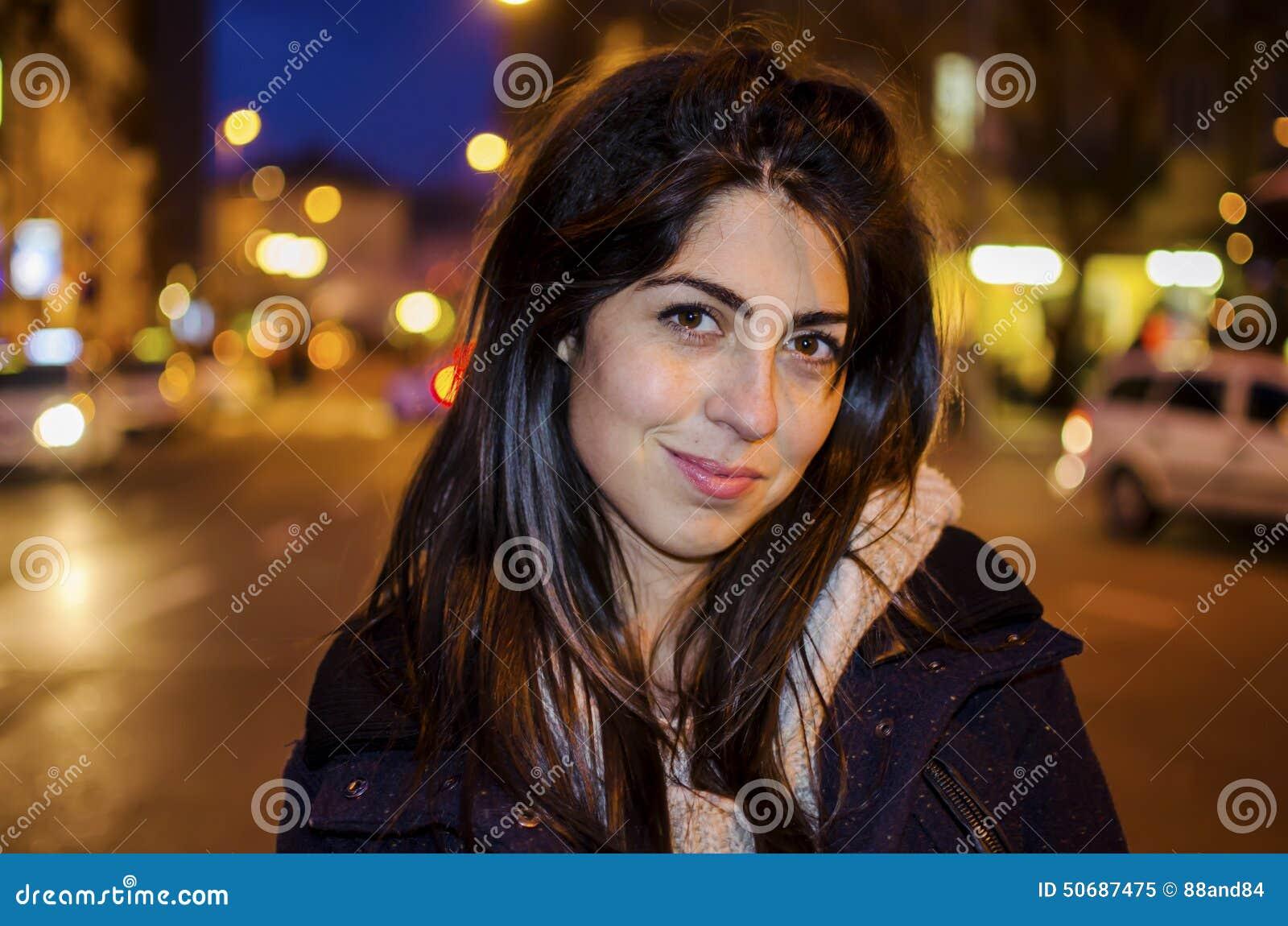 Download 在夜街道上的美丽的少妇 街道夜光 库存图片. 图片 包括有 有吸引力的, 外套, 特写镜头, 商业, 证实 - 50687475