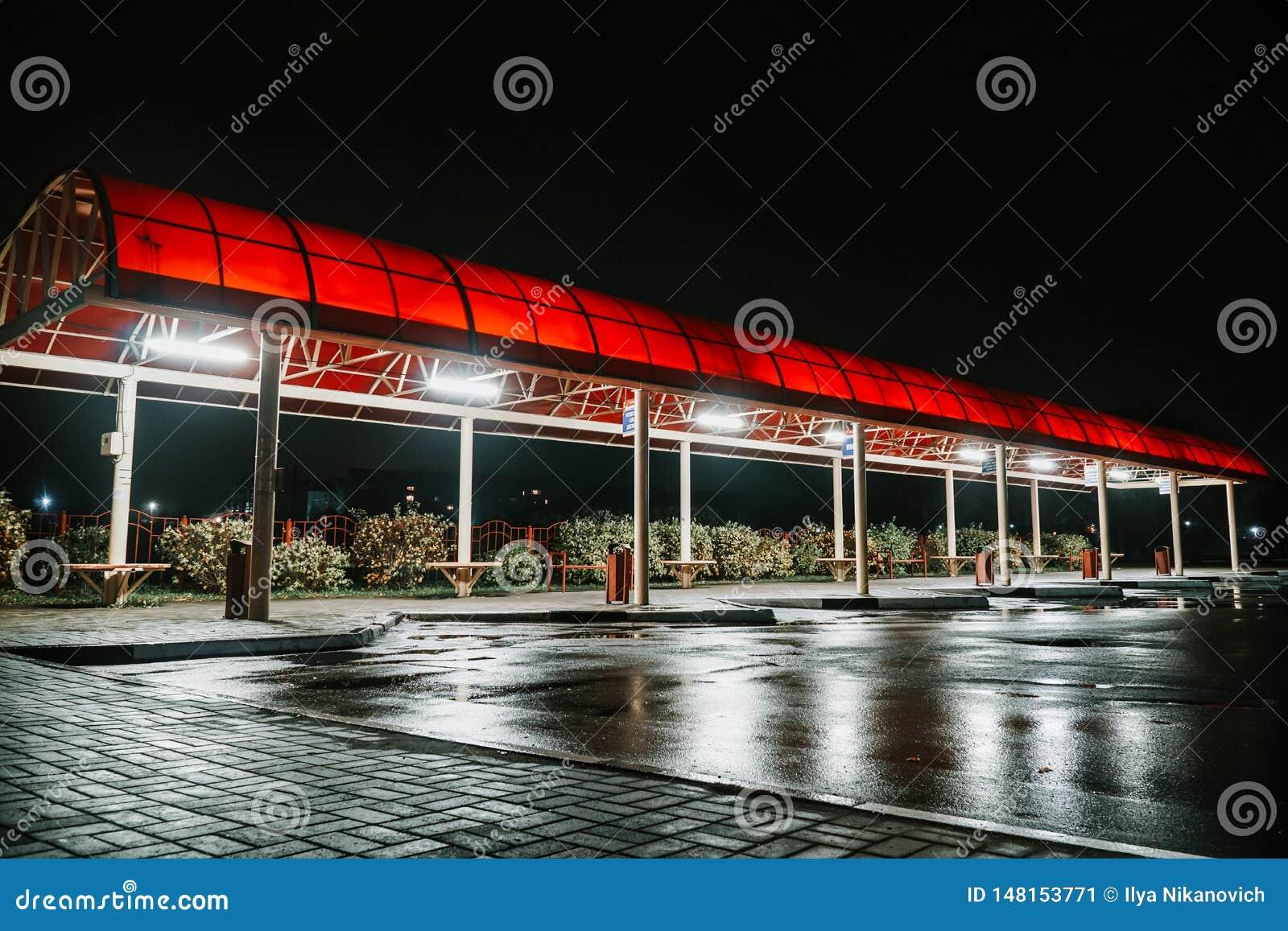 在夜运输旅行公共汽车的驻地