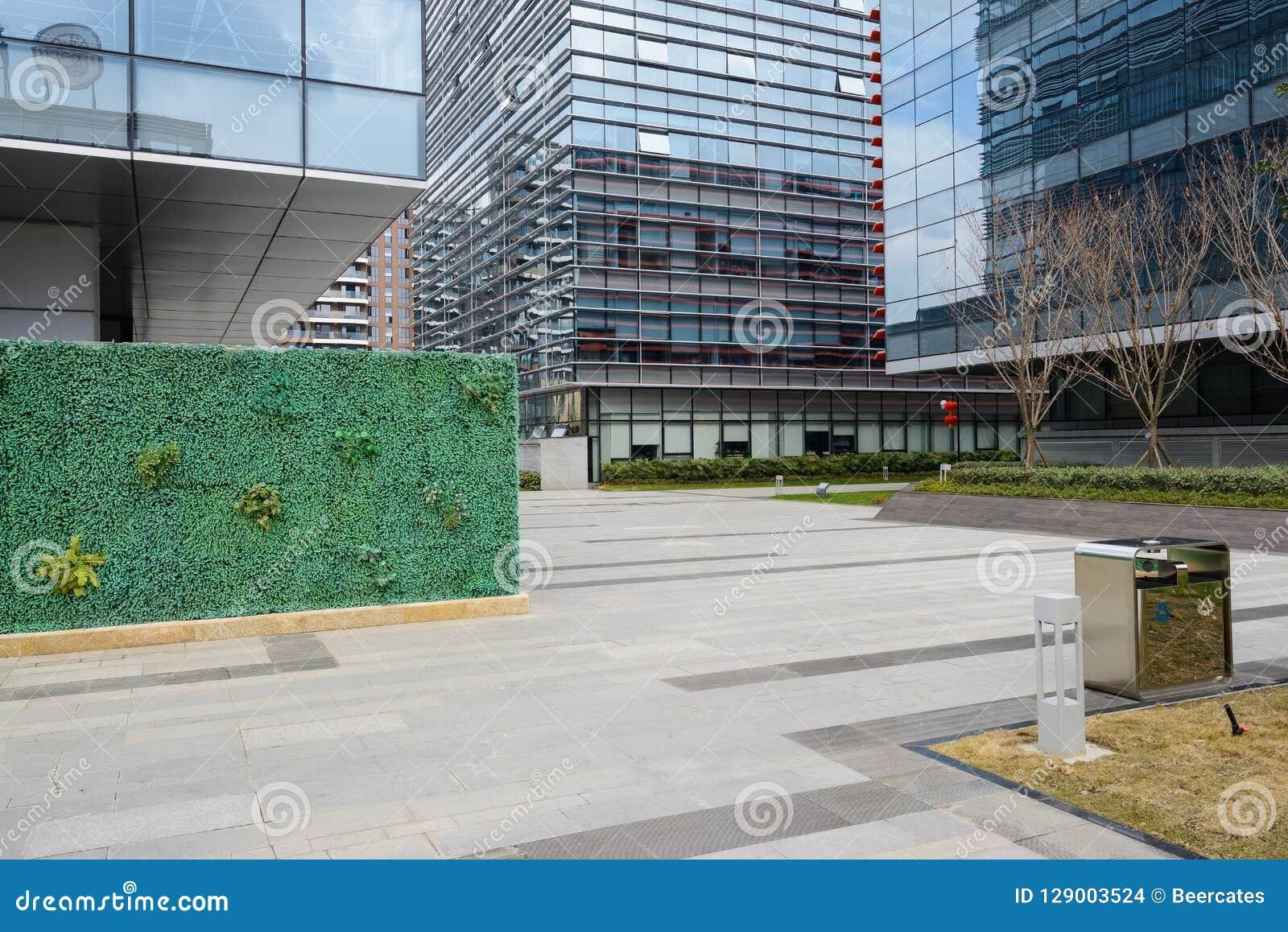 在大厦前的石板道路与玻璃门面